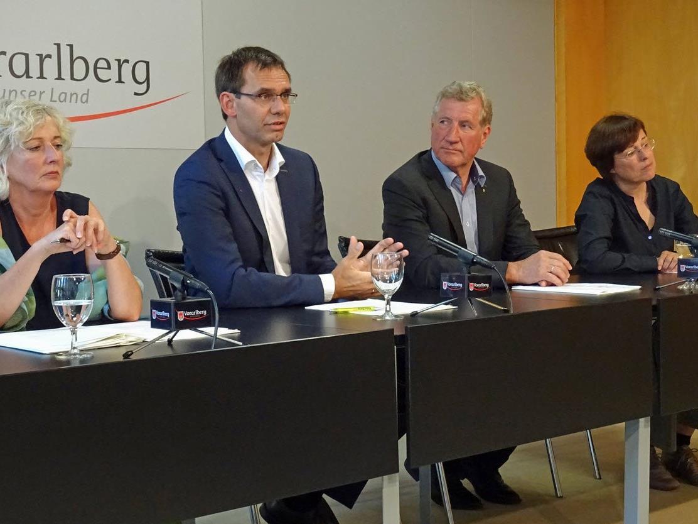 LH Wallner, LR Schwärzler, LR Wiesflecker und okay-Geschäftsführerin Grabherr informierten über den strategischen Ansatz des Landes Vorarlberg in Sachen Integration