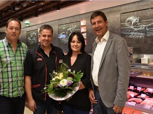 SPAR-Geschäftsführer Gerhard Ritter und Gebietsleiter Hanno Schwendinger gratulieren den Kaufleuten Roland und Andrea Feurstein zum wiedereröffneten SPAR-Markt