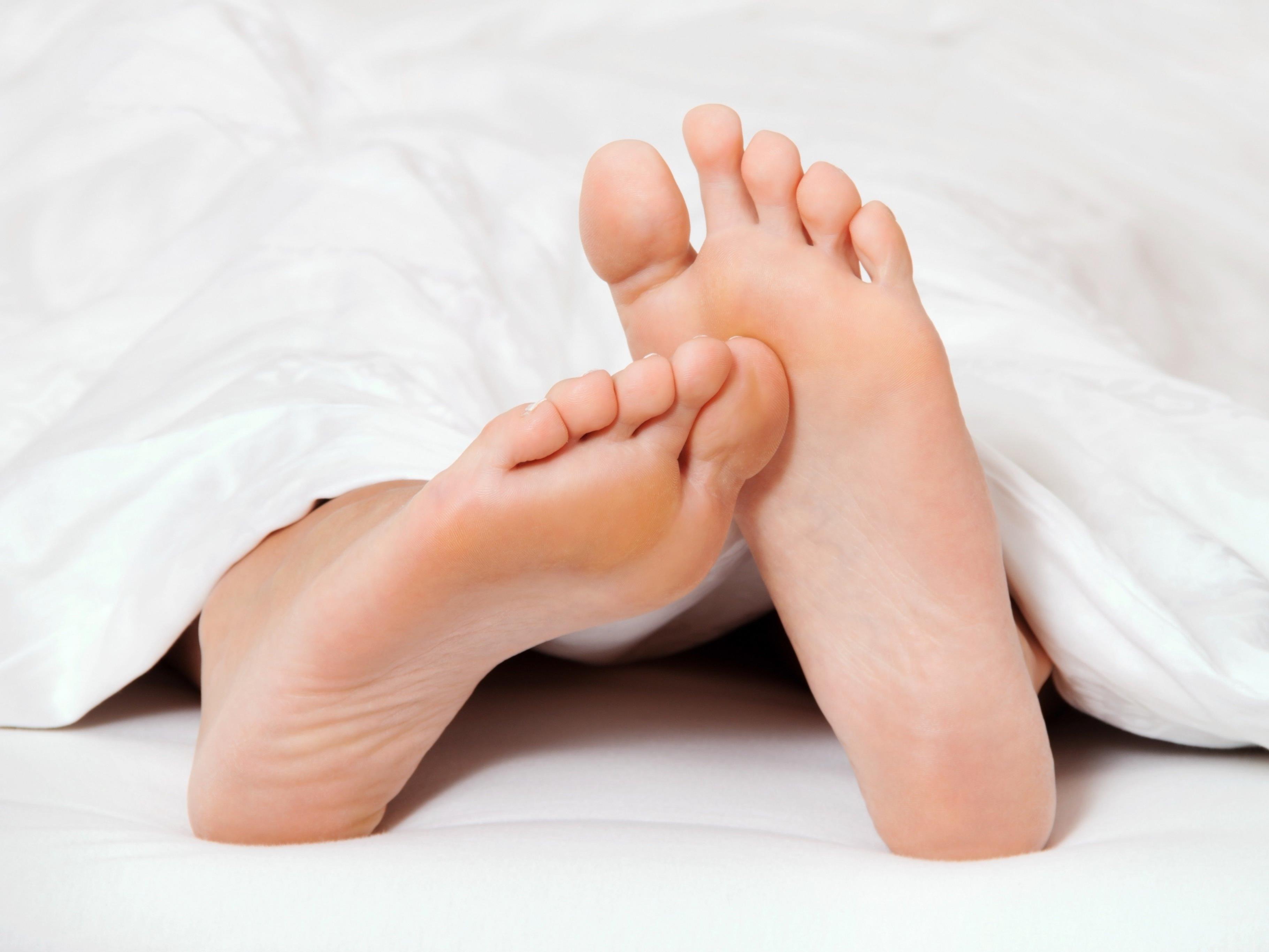 Socken und Spielkonsolen sind ein absolutes No-Go im Bett.