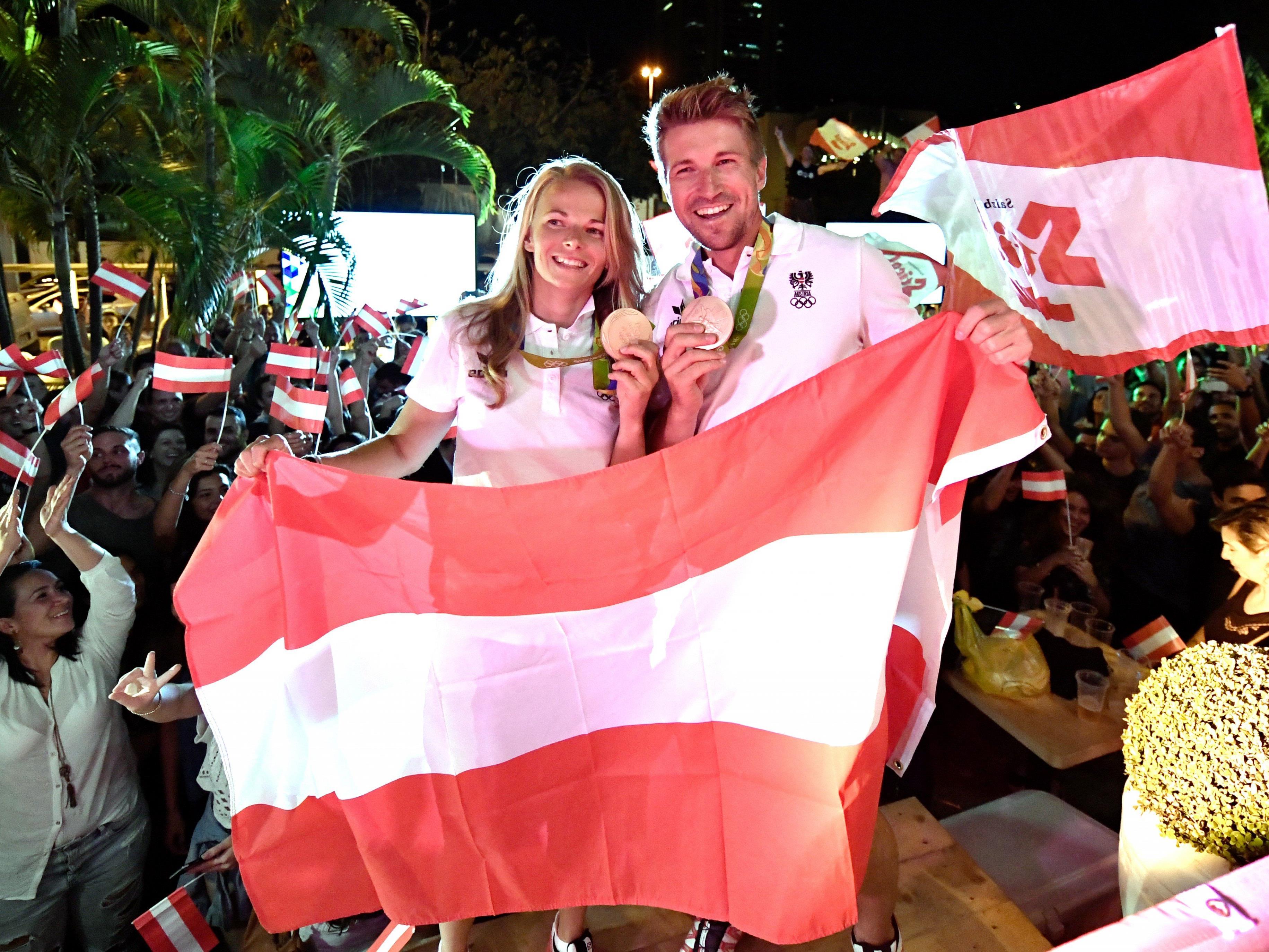 Thomas Zajac und Tanja Frank wurden im Österreich-Haus unter großem Jubel in Empfang genommen. Die beiden Segler gewannen mit Bronze die erste olympische Medaille für Österreich seit 2008.