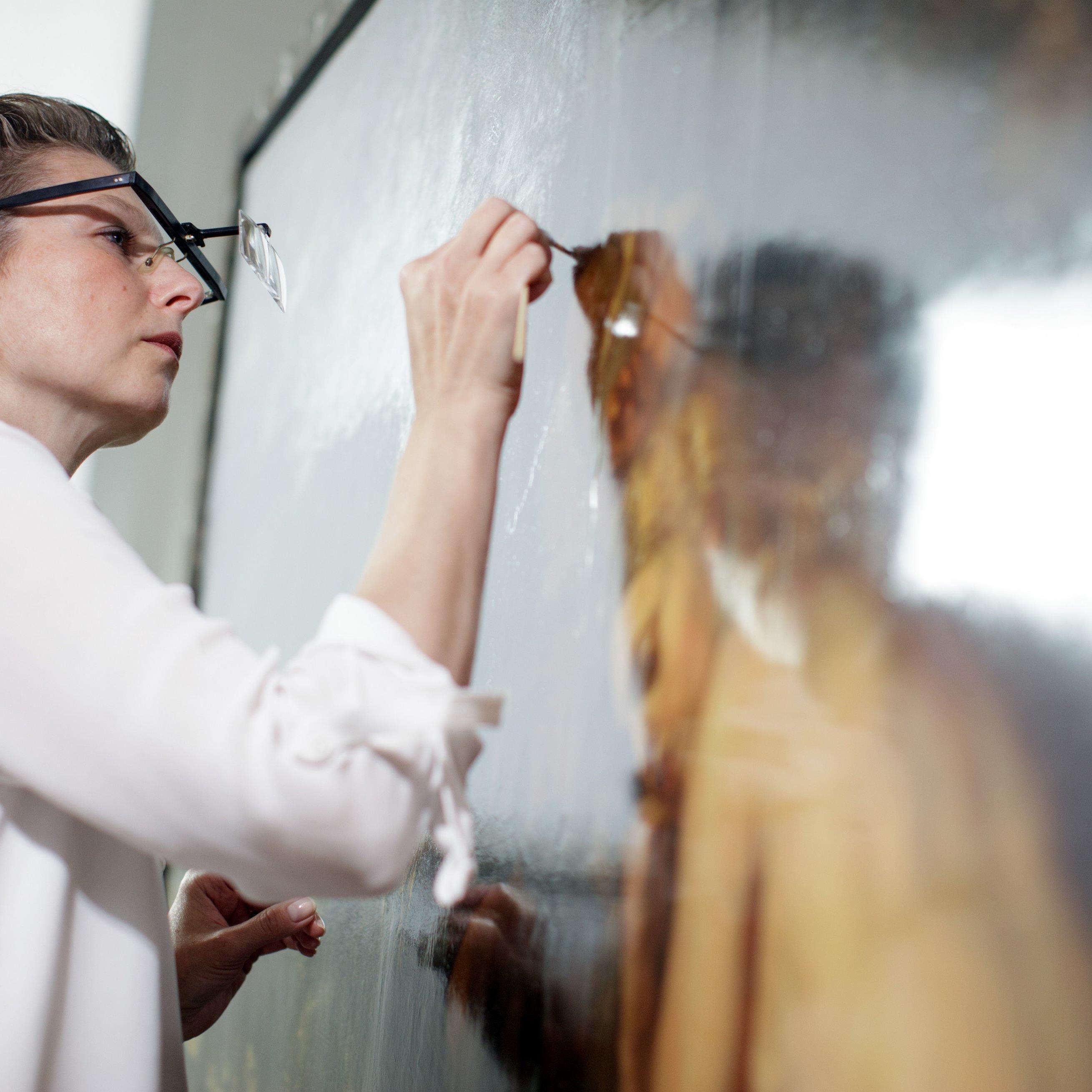 KHM-Restauratorin bei der Vorbereitung zur großen Rubens-Ausstellung.