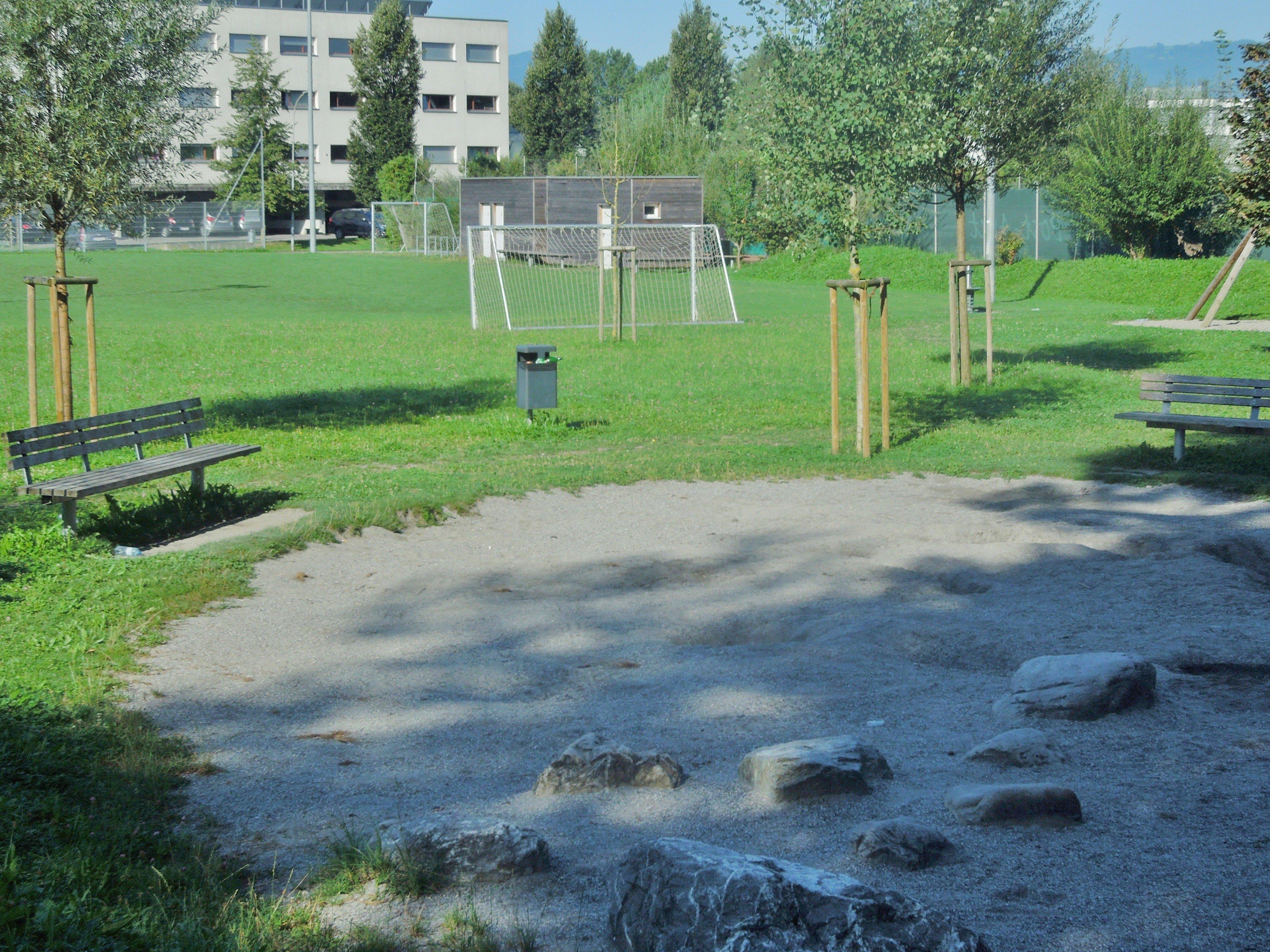 Lediglich in den Morgenstunden gibt es am Spielplatz Schatten. Besonders der Sandplatz ist der Sonne ausgesetzt.