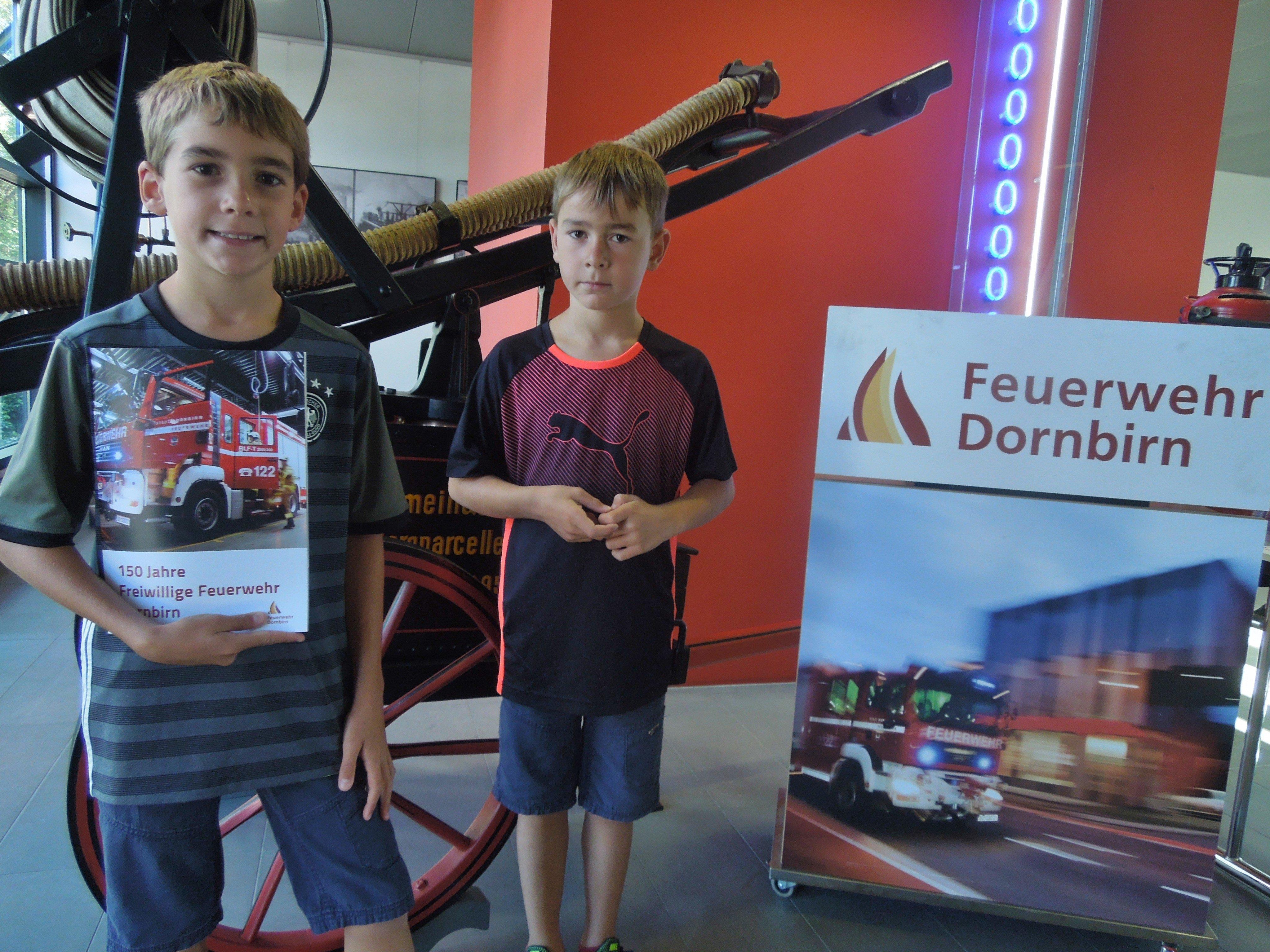 Noah und Jakob gehörten zu den zahlreichen Besuchern, die sich den Tag der offenen Tür bei der Feuerwehr Dornbirn nicht entgehen ließen.
