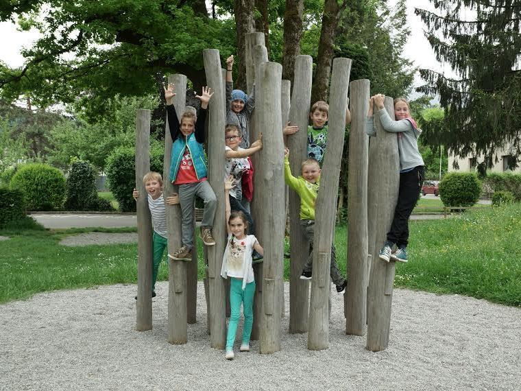 Die Schülerinnen und Schüler an der VS Nofels dürfen sich ab Schulbeginn über einen Kletterwald auf dem Pausenhof freuen.