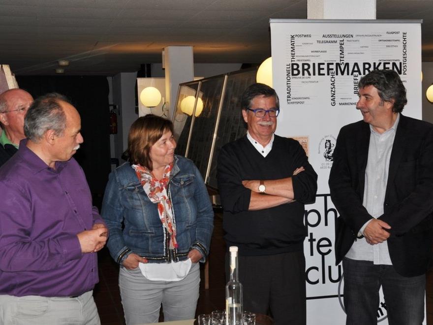 Obmann Franz Zehenter mit Eva, Harald Staffler und Bürgermeister Michael Tinkhauser bei der Auktion.