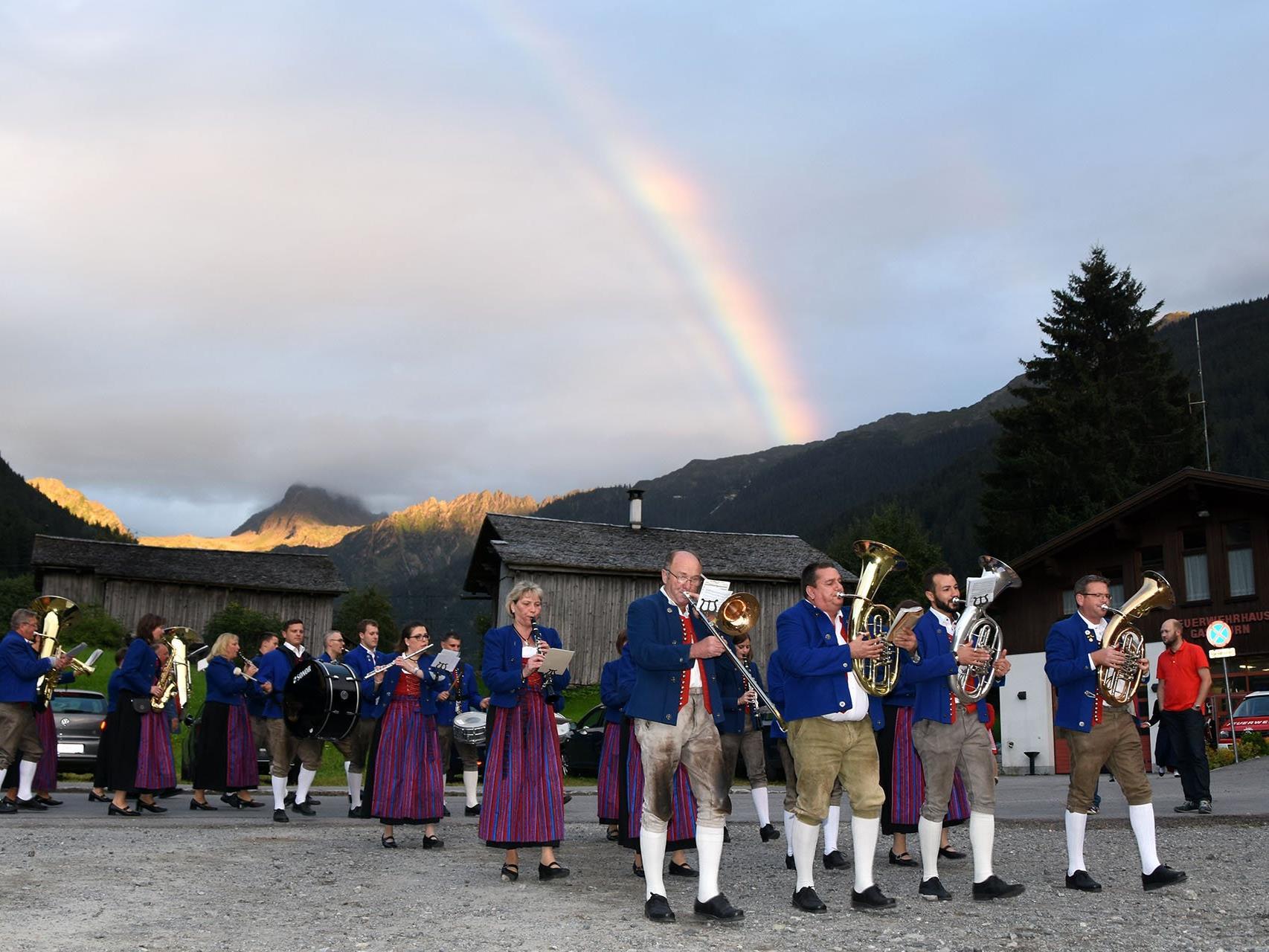 Mit klingendem Spiel marschierten die Musikvereine vom Schulplatz zum Festzelt in der Nähe des Feuerwehrhauses.