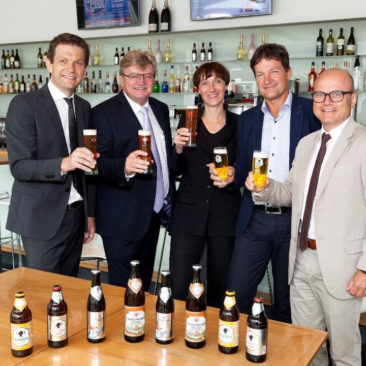 Alle Beteiligten sind mit dem erneuerten Bier-Deal sichtbar zufrieden.