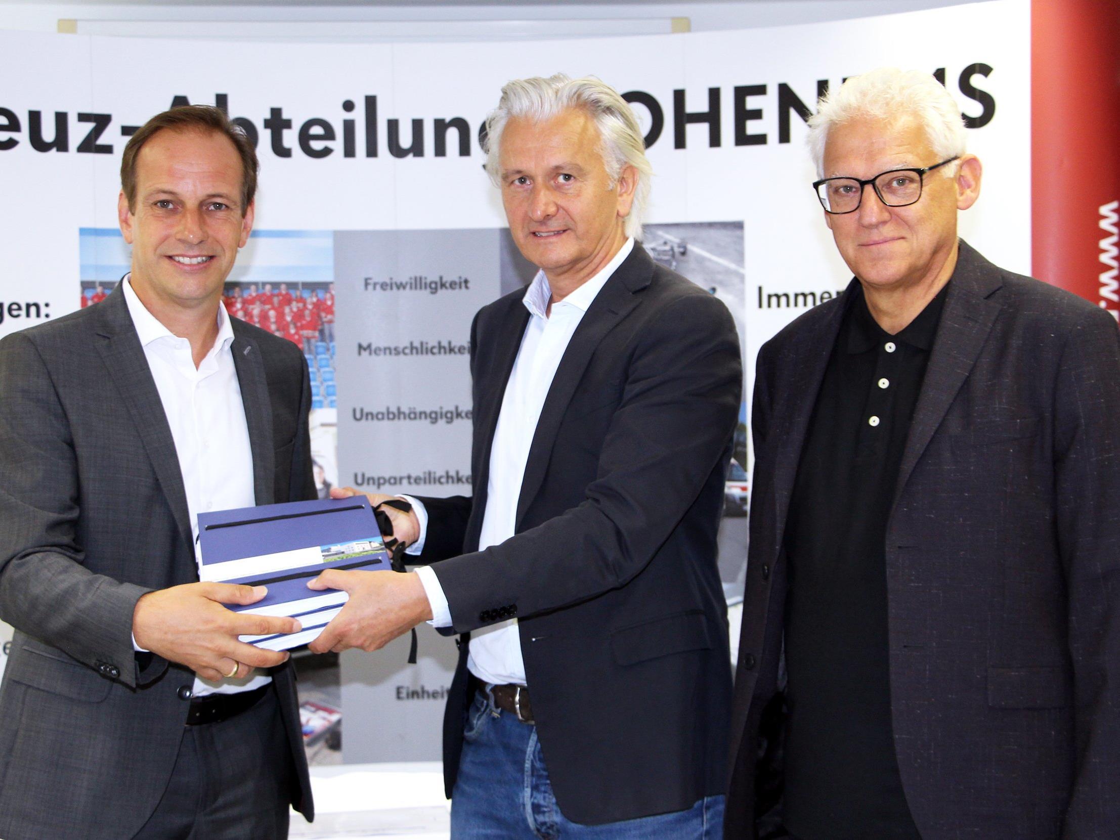 Bei der Aktenübergabe v.li.: Bgm. Dieter Egger, Architekt DI Elmar Nägele und RK-Präsident Dr. Ludwig Summer.