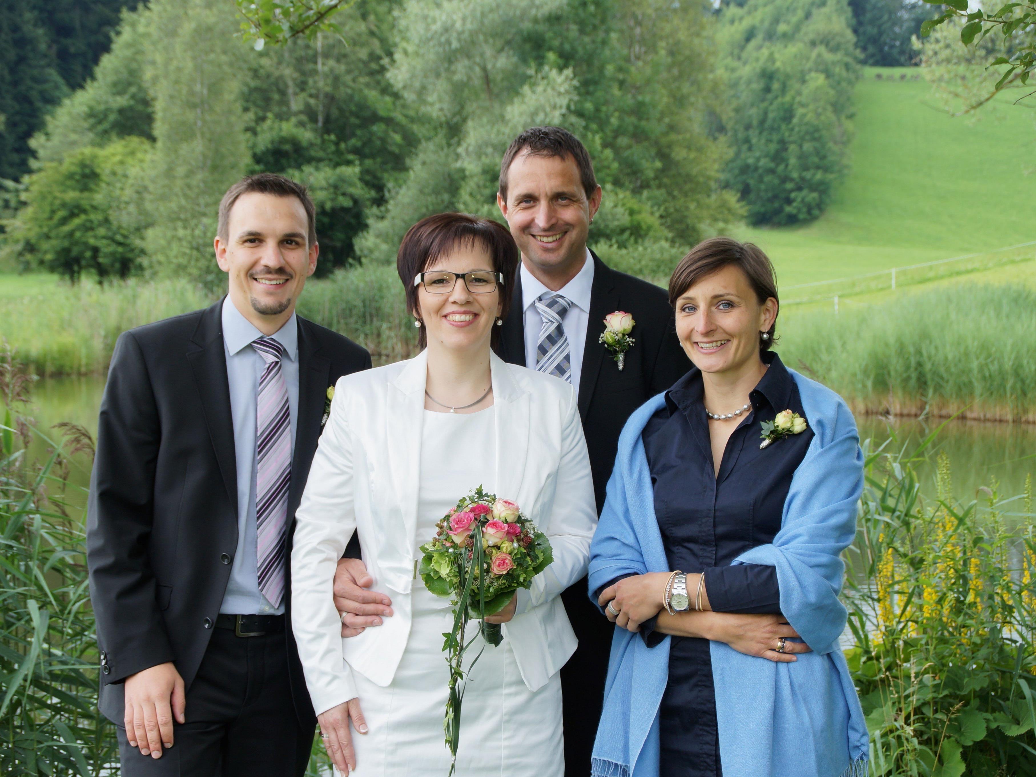 Verena Flatz und  Christian Fink mit ihren Trauzeugen.