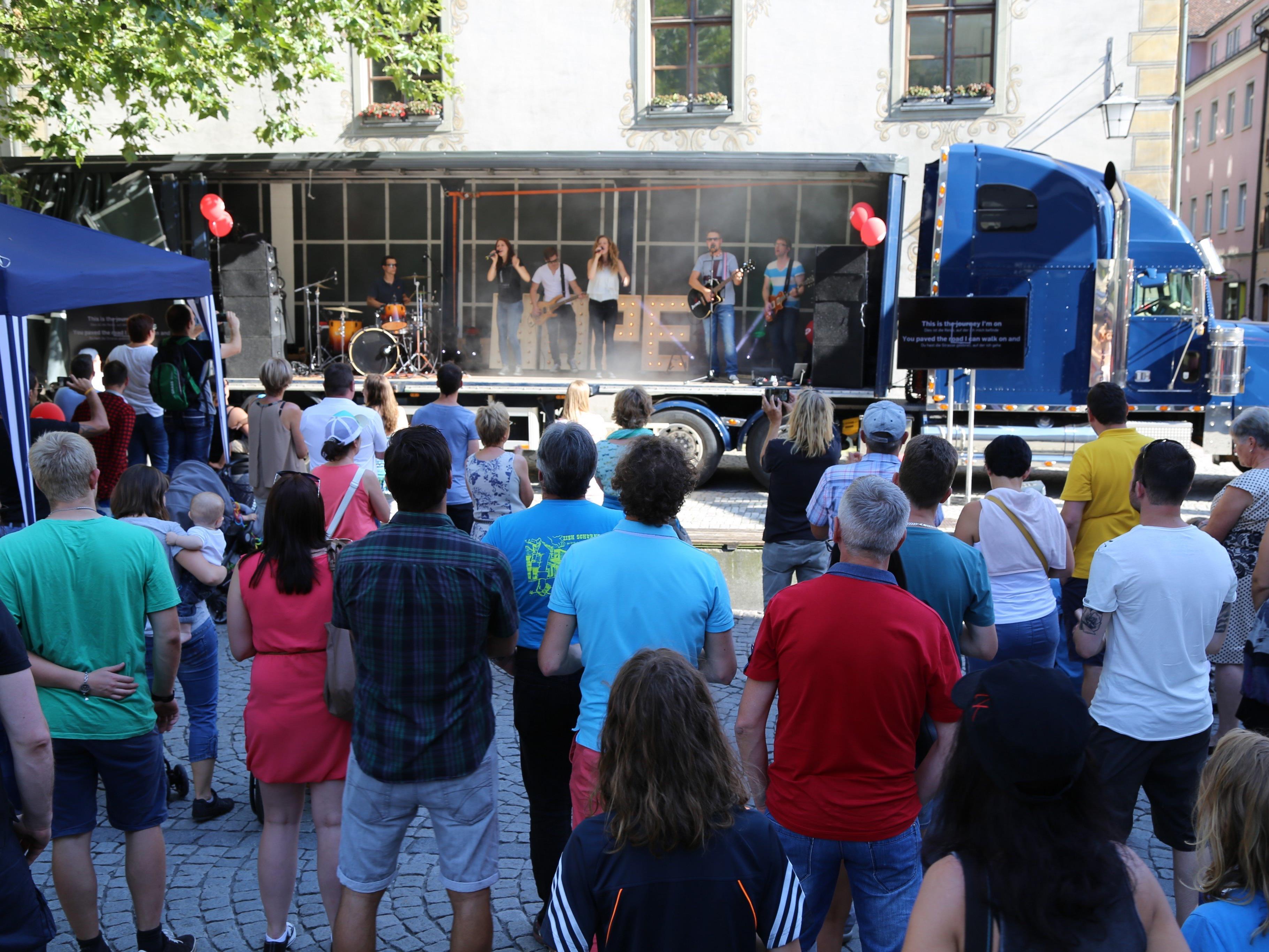 Die ICF Vorarlberg hielt für einen musikalischen Gottesdienst  Einzug am Sparkassenplatz Feldkirch.