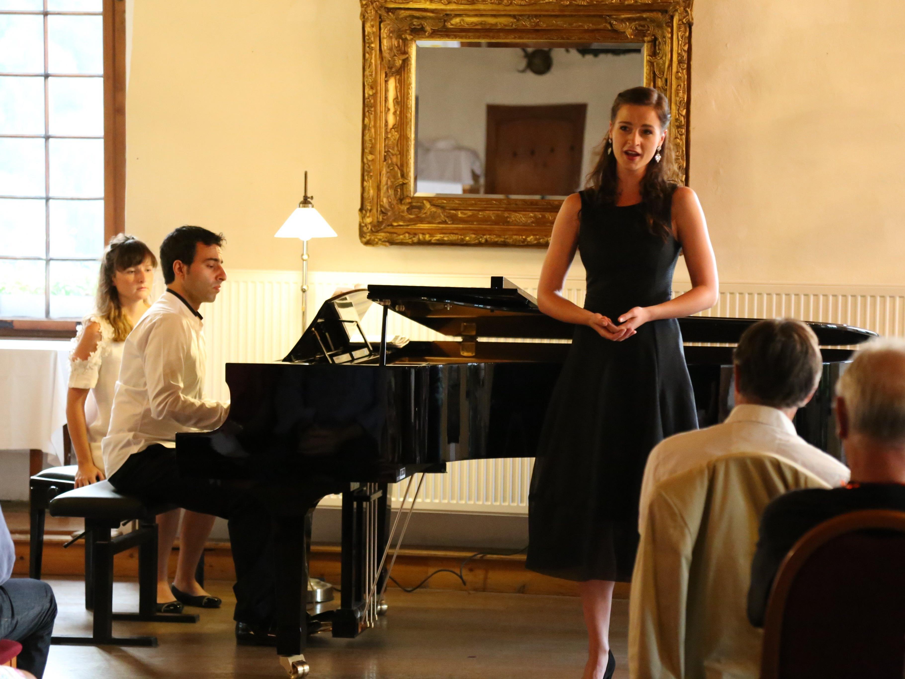 Yunus Kaya bot am Klavier gemeinsam mit Gesangstalent Clara Corinna Scheurle ein klassisches Feuerwerk.