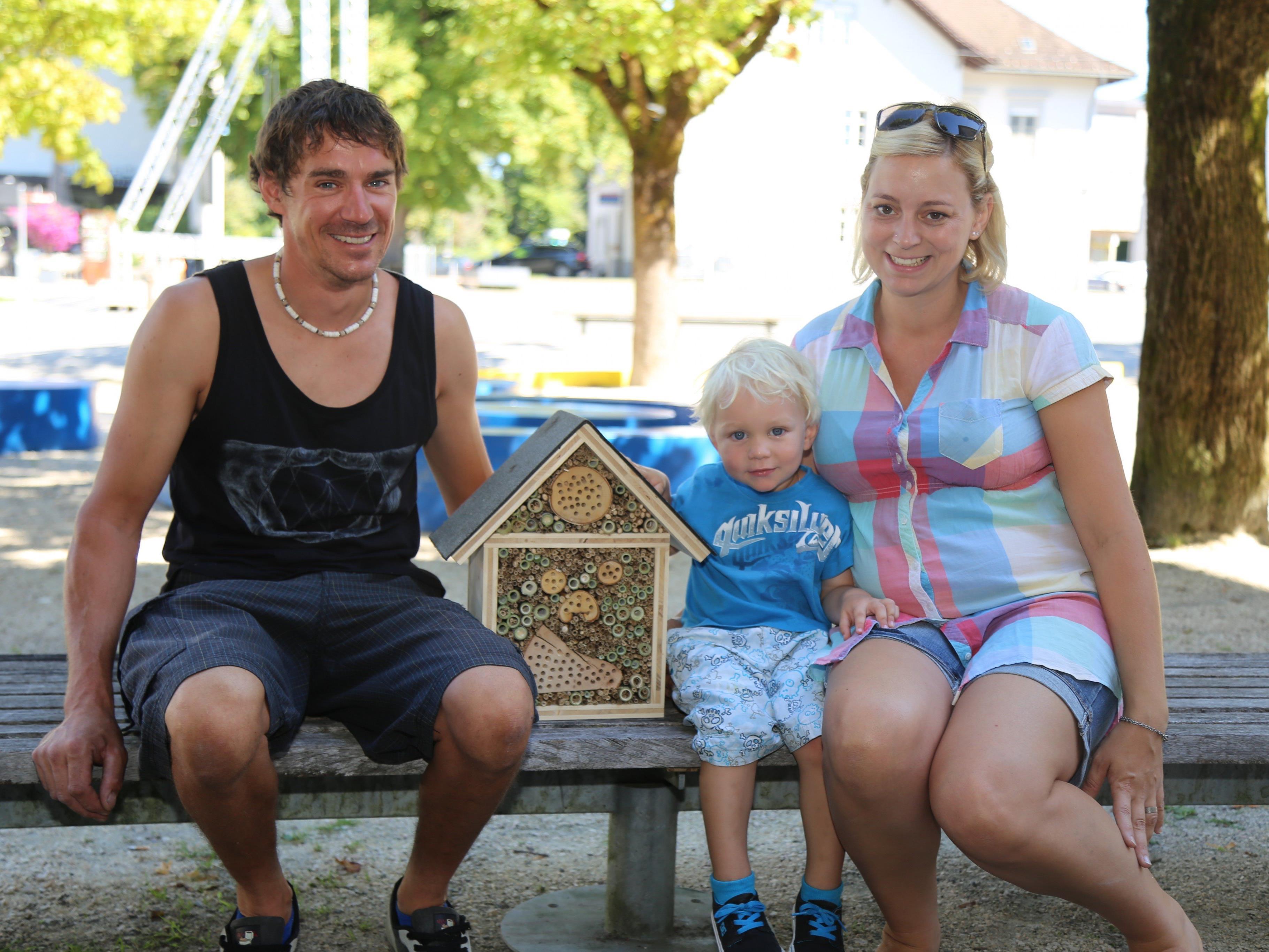 Jannis kam mit seinen Eltern zum Marktplatz Rankweil, um selbst ein Insektenhotel herzustellen.