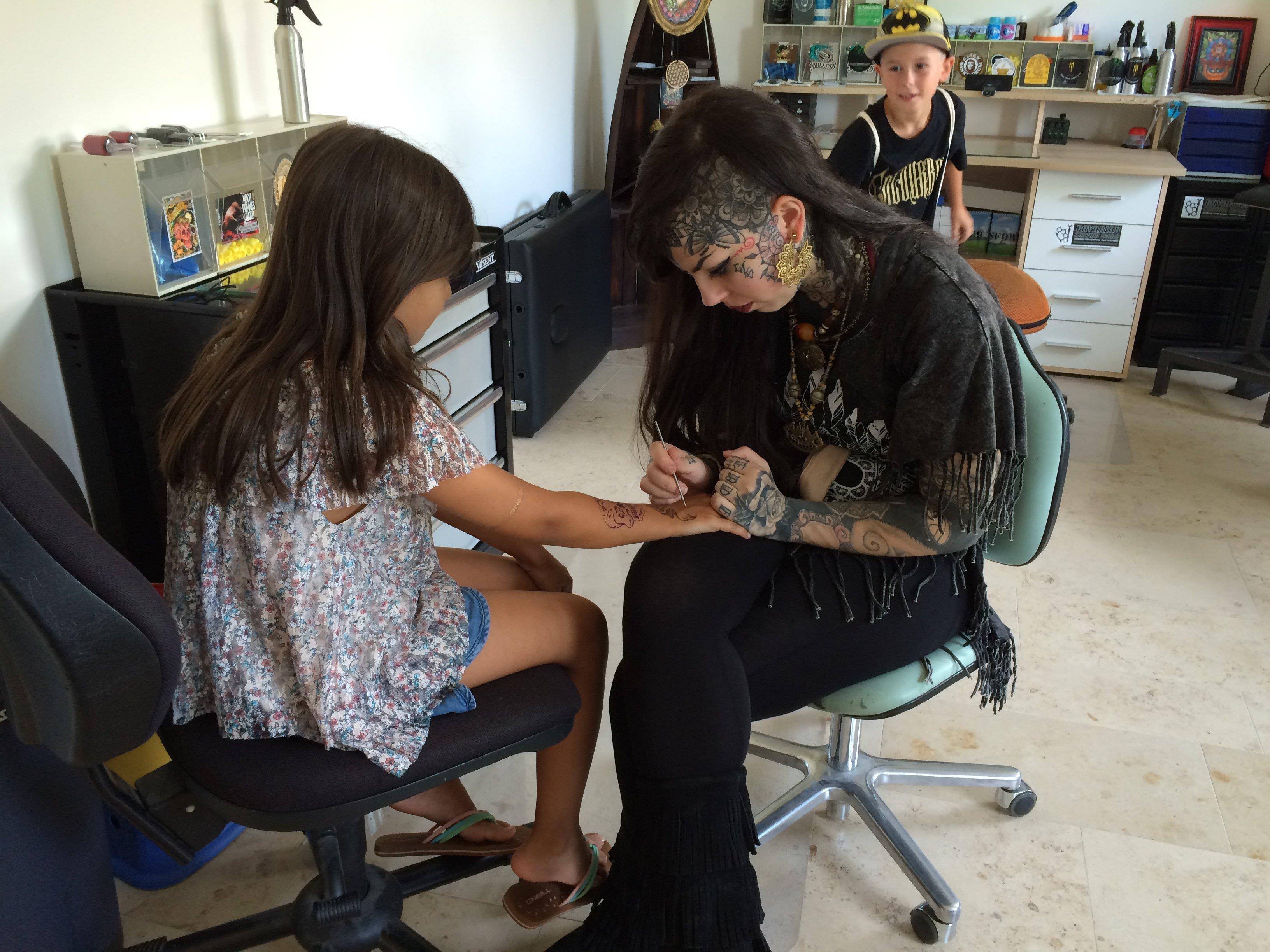 Am Eröffnungstag konnten sich Kinder kunstvolle Tattoo-Bilder auf die Haut malen lassen.