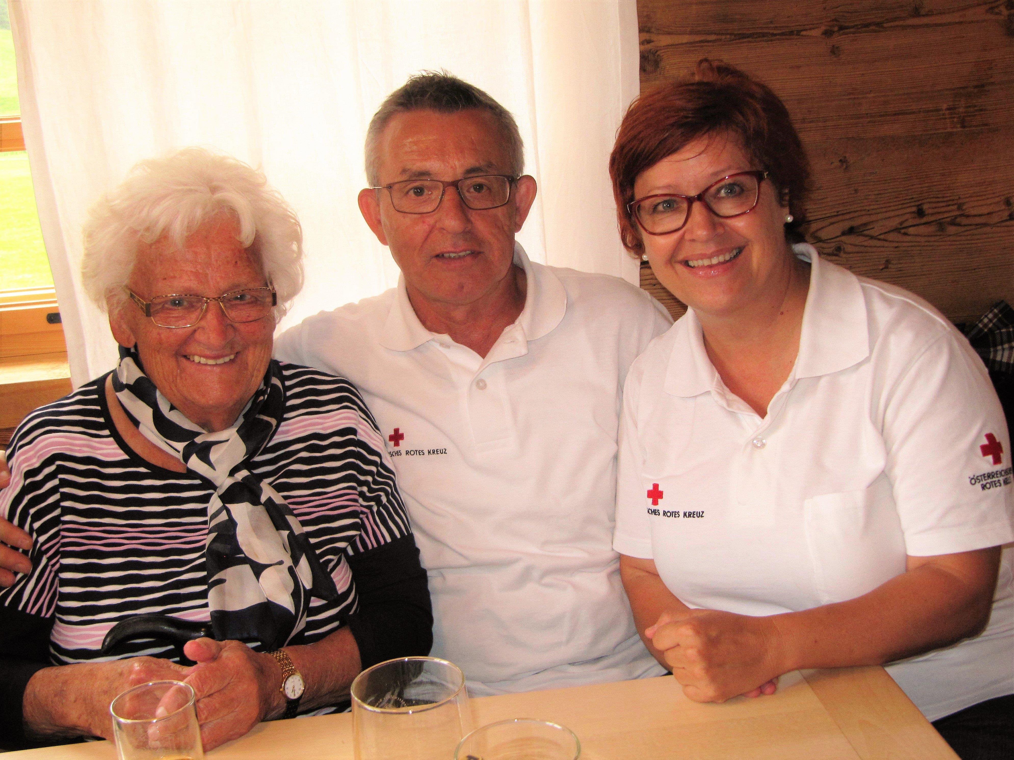 Beim Käsknöpfe essen gab es auch so manches Schwätzchen - Doris Schütz und Franz Reinpacher mit Seniorin.