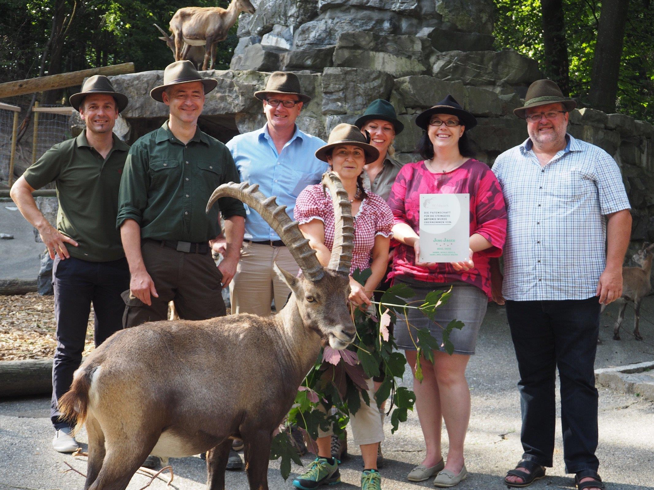 Die Jungjäger Sabine, Nicole, Ursula, Ernst, Ingo, Harald und Walter nahmen den Abschluss ihrer Jagdprüfung zum Anlass, den Wildpark mit einer Patenschaft zu unterstützen.
