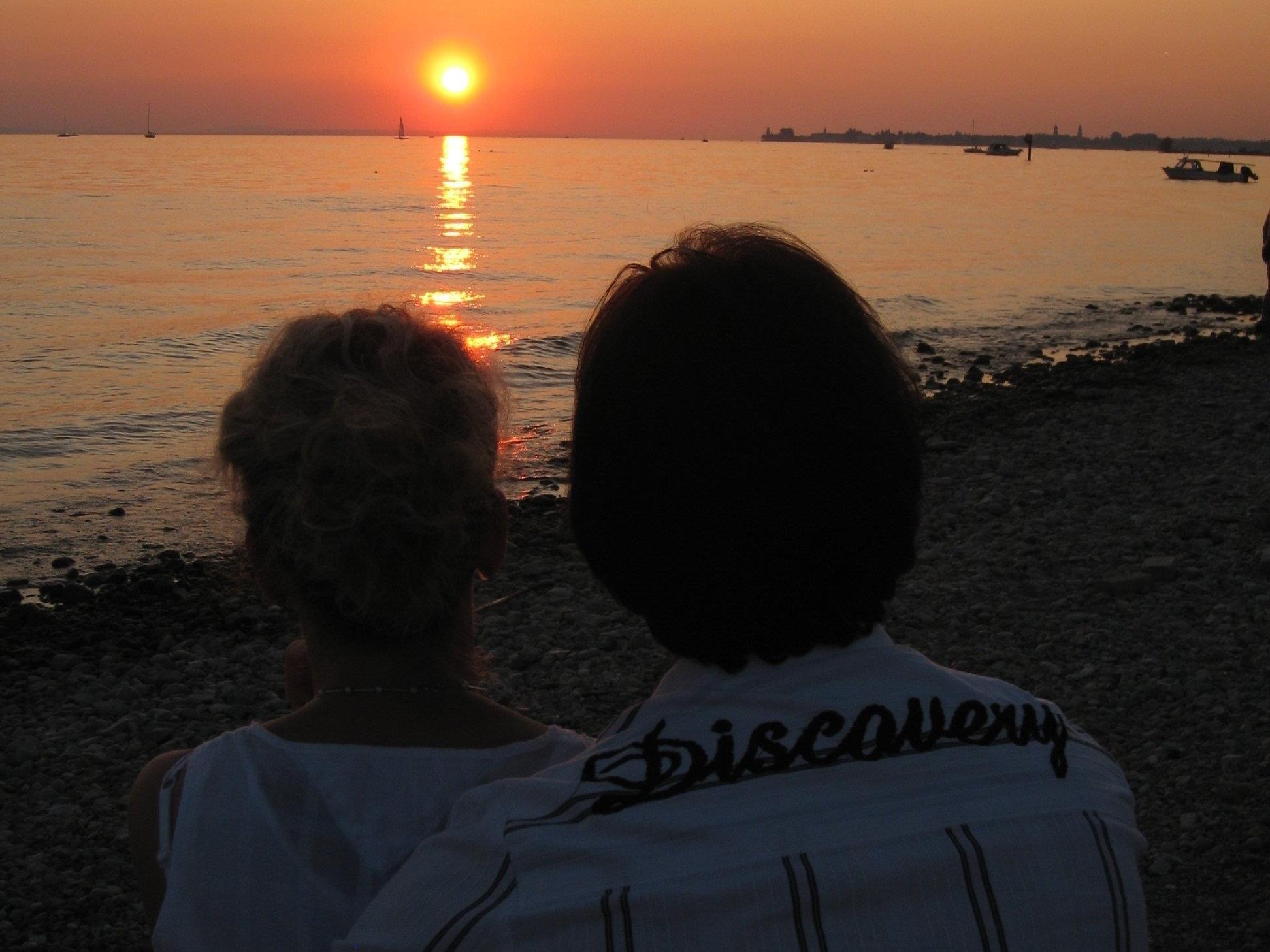 """Den Sonnenuntergang am See genießen – Sommer-Beach-Party mit Seegenuss auf der Terrasse des Strandbad-Cafe-Restaurants """"Treff am See""""."""