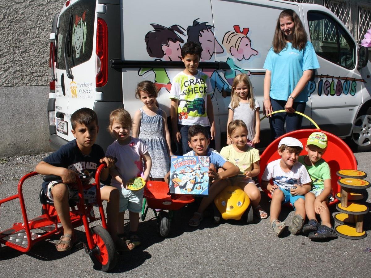 """Die Kinder freuten sich, dass auch in diesem Jahr der Spielbus mit großem """"Gepäck"""" wieder nach Lochau gekommen war."""