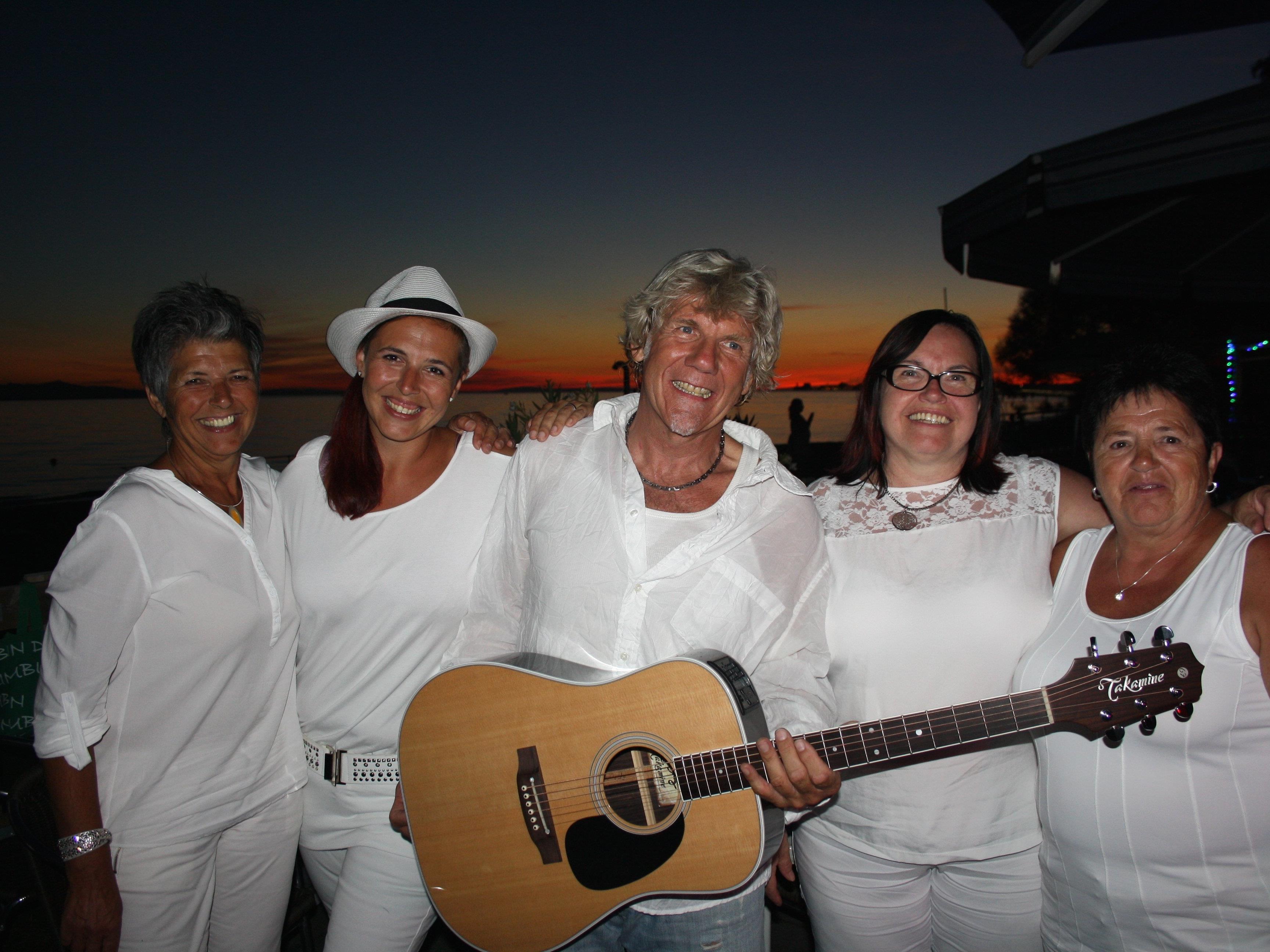 """""""Alles in Weiß"""" hieß es bei der Sommer-Beach-Party im """"Treff am See"""" mit """"Werner unplugged"""" und Sängerin Tamara."""