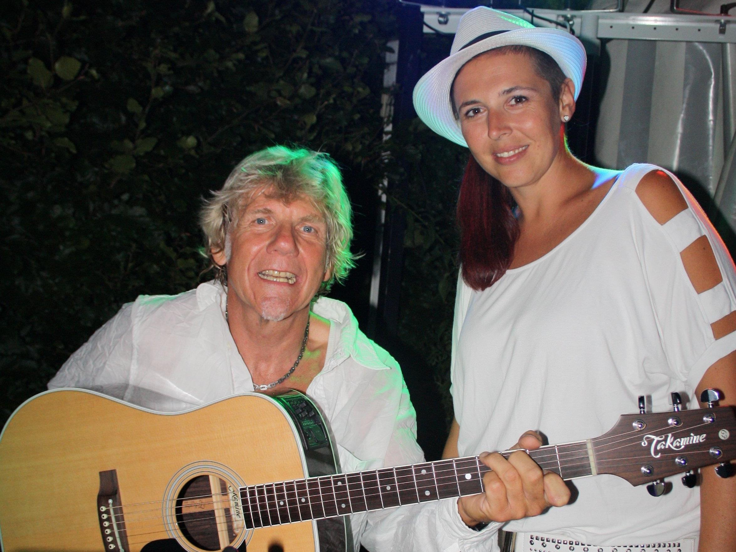 """""""Walter unplugged"""" sorgt mit Sängerin Tamara beim Grillabend in dieser Woche auf der """"Treff am See""""-Terrasse für die stimmungsvolle Unterhaltung."""
