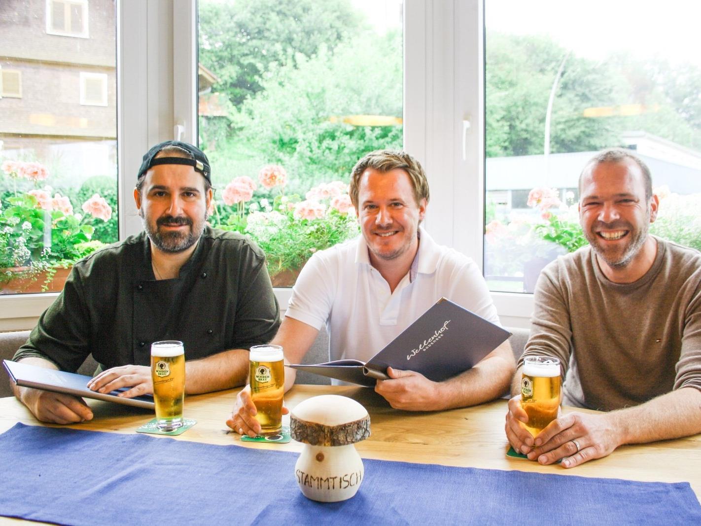 Mit dem Gasthof Wellenhof erfolgreich in ein neues Zeitalter: Küchenchef Ambros Gmeiner, Wellenhof-Wirt Oskar Pöll und Gastwirt Philipp Rainer vom Brauereigasthof Reiner, von links.