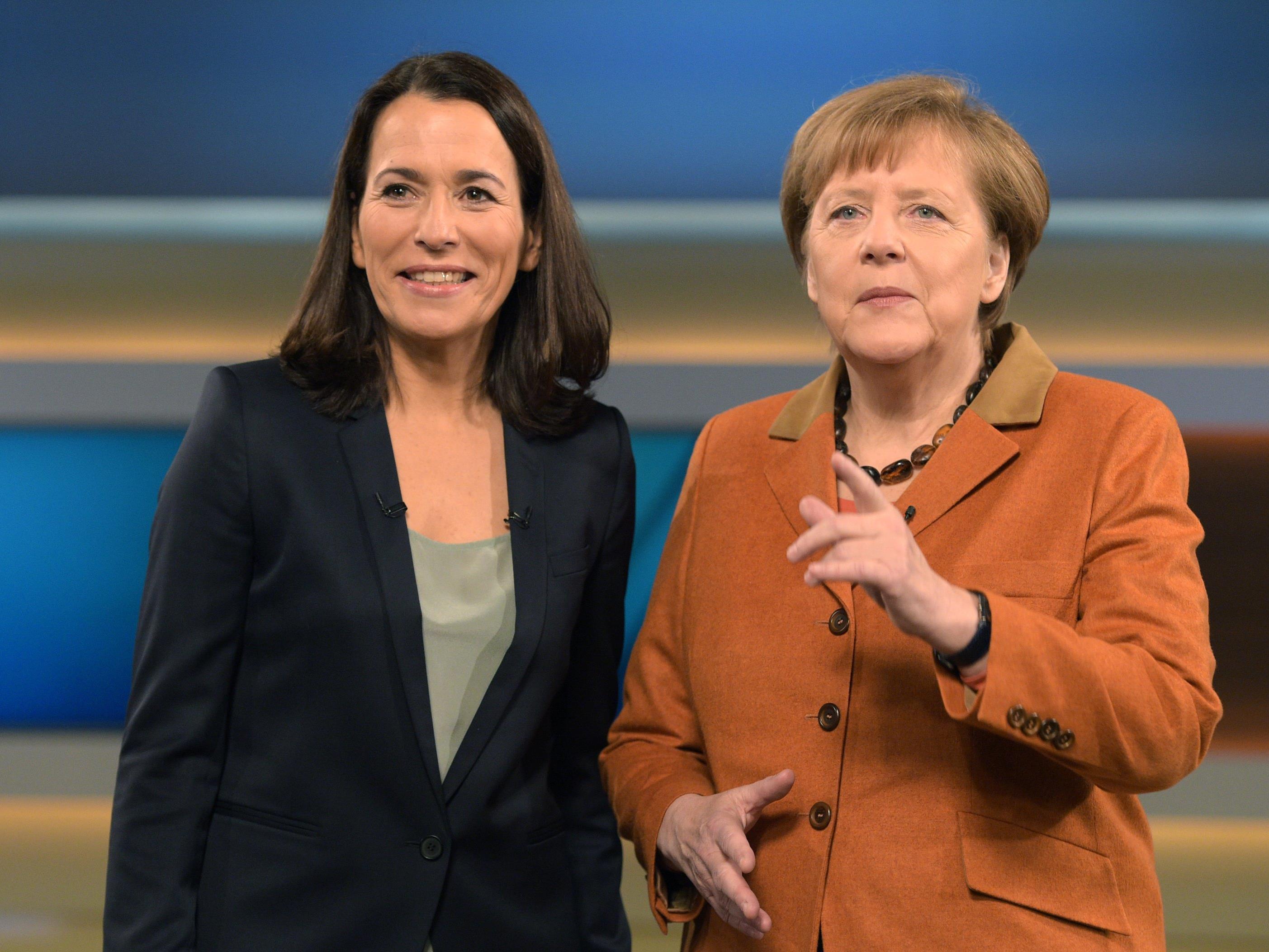 Anne Will (li.) zählt zu den bekanntesten Moderatorinnen Deutschlands. Hier im Bild mit der deutschen Kanzlerin Angela Merkel.
