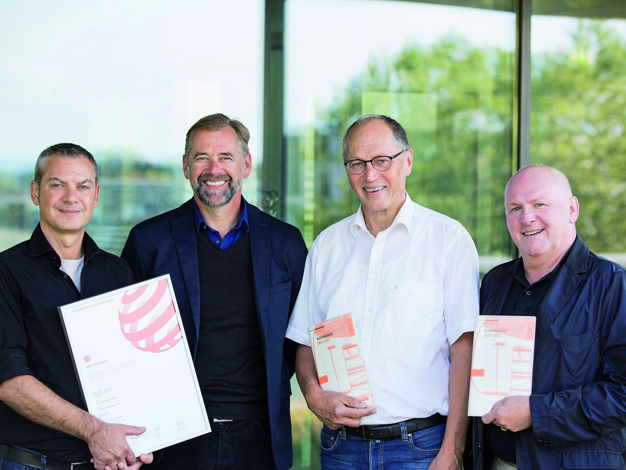 Kurt Dornig (Dornig Grafikdesign), Martin Köck (Druckerei Thurnher), Martin Ruepp (Vizebürgermeister Dornbirn) und Roland Jörg (Kulturamtsleiter Dornbirn) freuen sich über die Auszeichnungen.