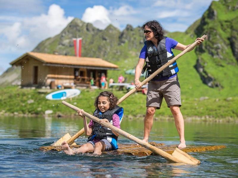 Stand-up-Paddeln auf 2.200 m Höhe zählt zu den Aktivitäten im Seetal