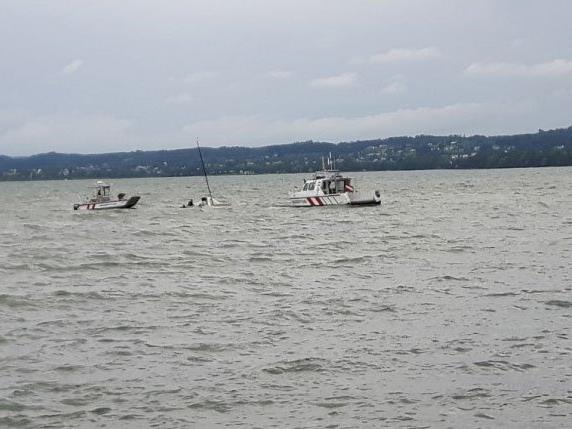 Die Wasserrettung barg beide Segler unverletzt aus dem Bodensee.