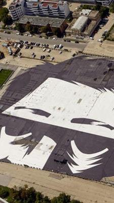 """Ein Gesicht mitten am Dach: Der """"Beobachter""""."""
