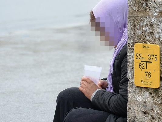 Eine Bettlerin soll in Vorarlberg 38.000 Euro Strafe für wiederholtes betteln mit Kind zahlen. Ihr Anwalt hält die Strafe für rechtswidrig.