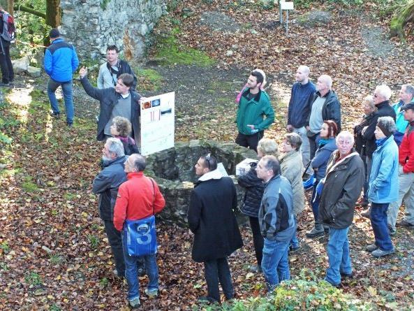 Burgbaumeister Raimund Rhomberg führt am Freitag durch die Burgruine Altems