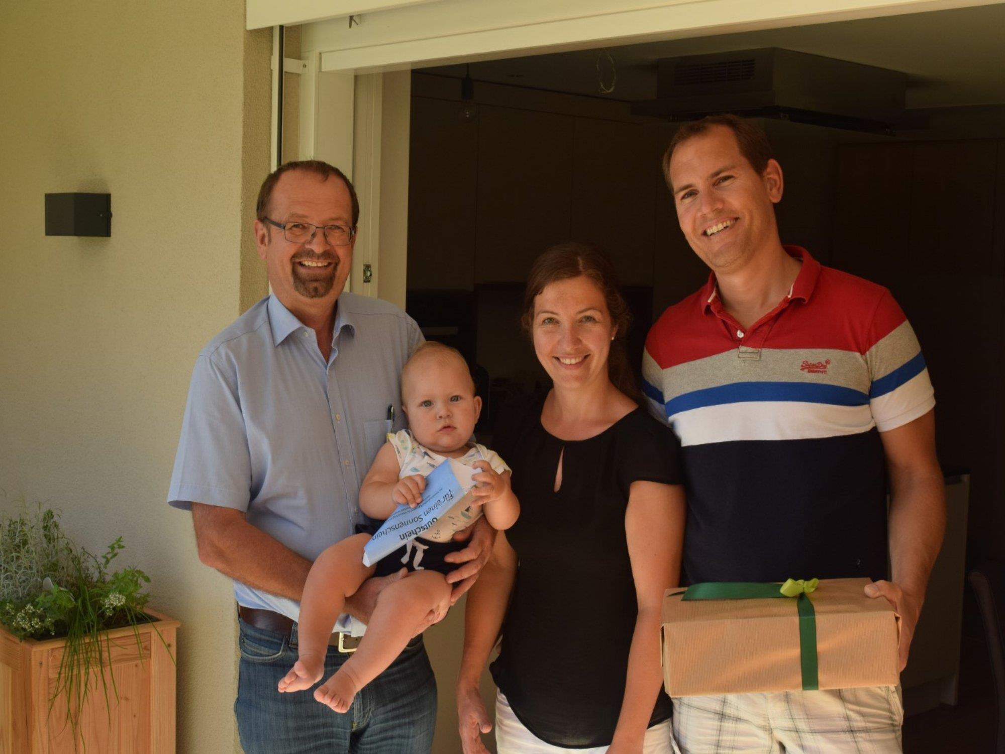 Bürgermeister Rainer Siegele mit dem 4000. Einwohner seiner Gemeinde: Laurin Raphael Haid mit seinen Eltern.