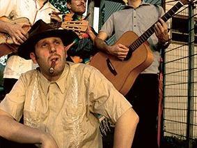 Mexikanischer Rap und Kubanische Freiheitslieder jagen hingebungsvoll vorgetragene Rancheras, Cumbias, Boleros und spanische Schlager.