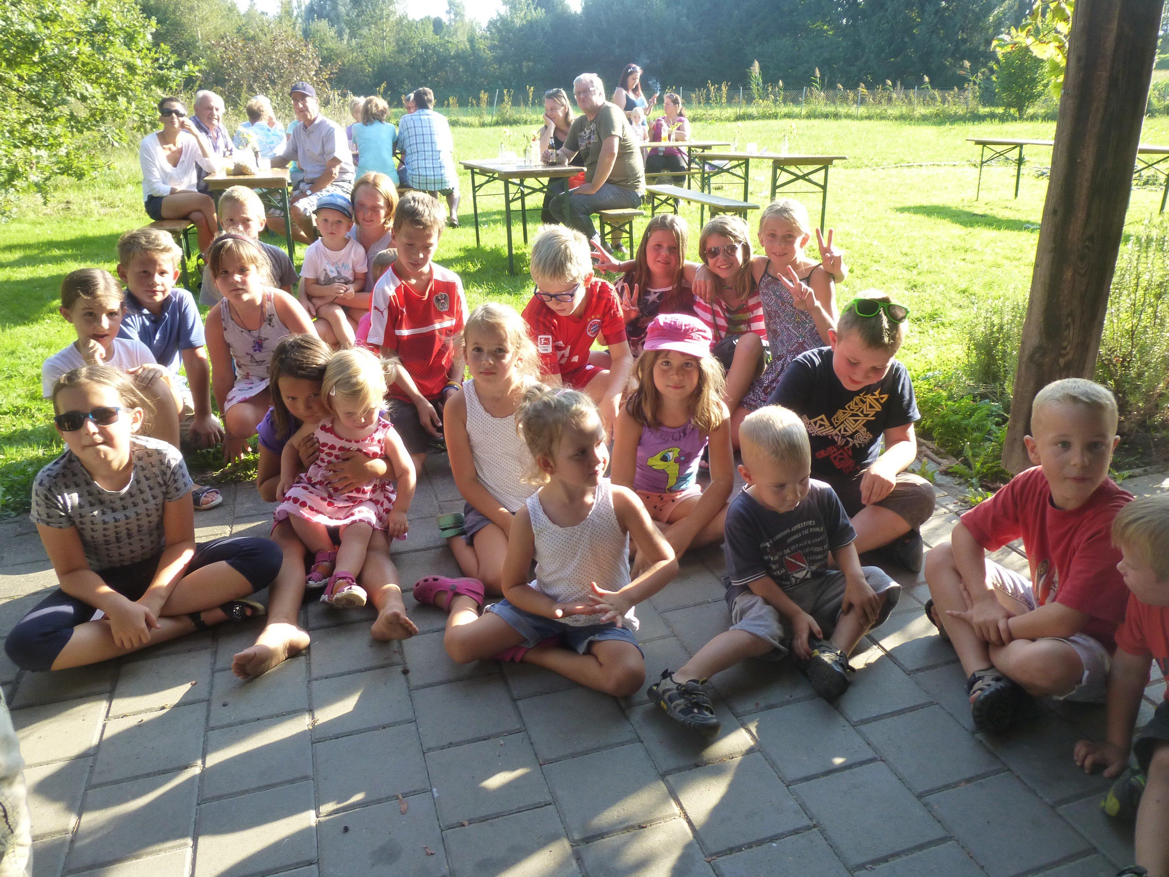 Die Kinder warteten gespannt auf die Vergündung der Prämierung durch Conny Maier und Daniel Steinhofer.
