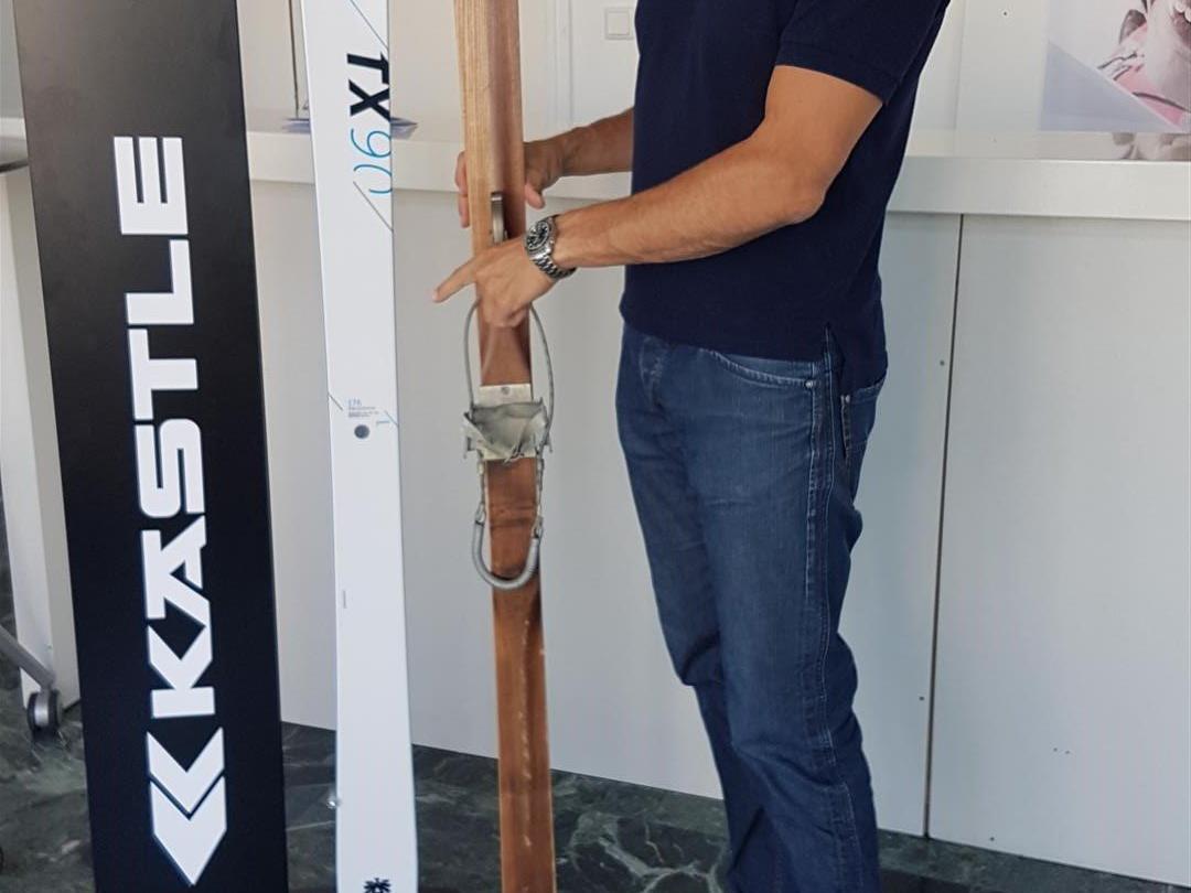 Kästle-Geschäftsführer Mag. Bernd Knünz mit einem der ältesten erhaltenen Kästle Ski und dem neuen Tourenski.