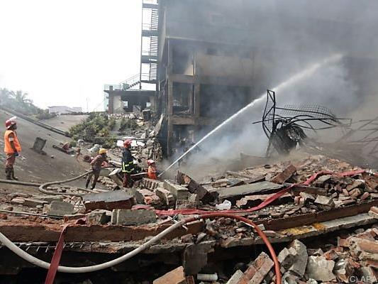 Auch am Tag nach der Explosion war das Feuer noch nicht gelöscht