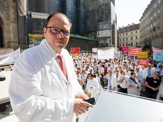 Ärztekammerpräsident Thomas Szekeres sprach am Stephansplatz