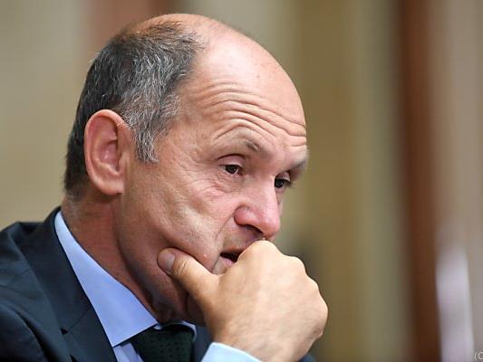 Der Innenminister will neue Regeln für die Verteilung erarbeiten