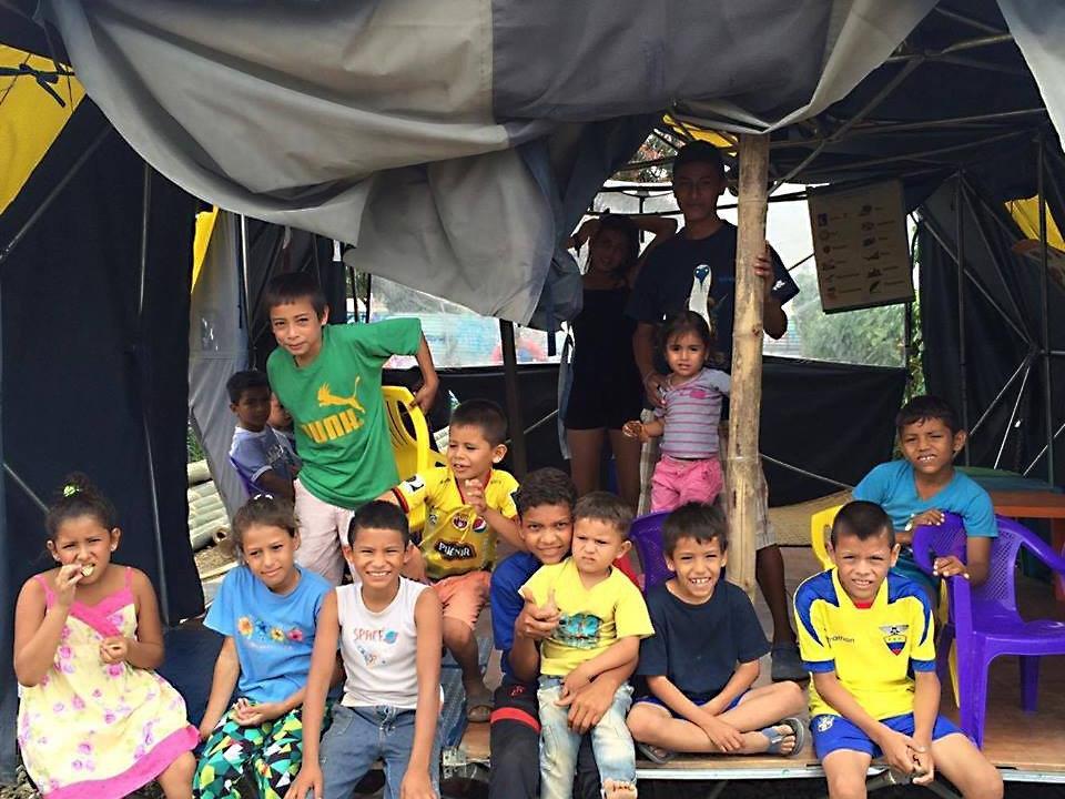 """Die gesammelten Hilfsgelder wurden von Sophia Schmölz in Ecuador an die Organisation """"Embudo Voluntarios"""" übergeben."""