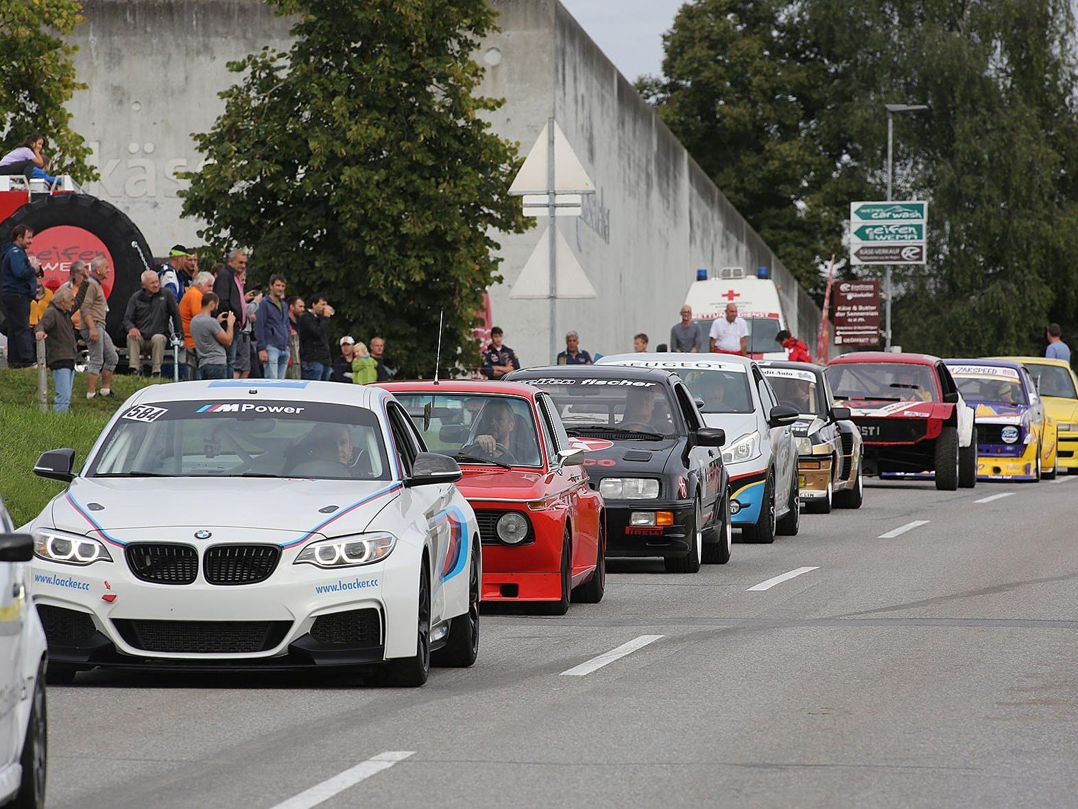 Die vielen Motorsportfans bestaunten den Konvoi mit außergewöhnlichen Fahrzeugen.