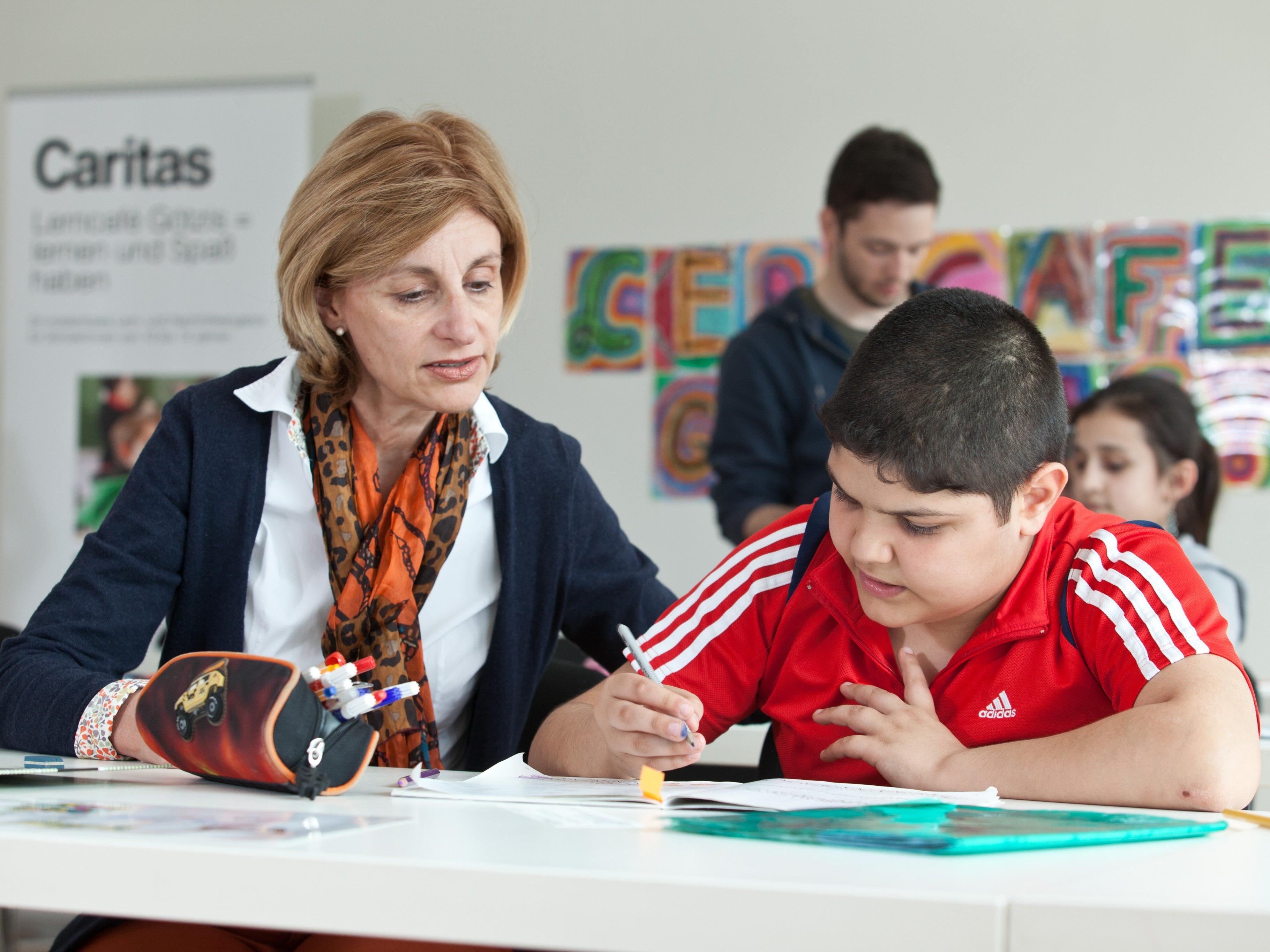 In insgesamt fünf Caritas-Lerncafés werden die Kinder von einem Team Freiwilliger unterstützt und gefördert.