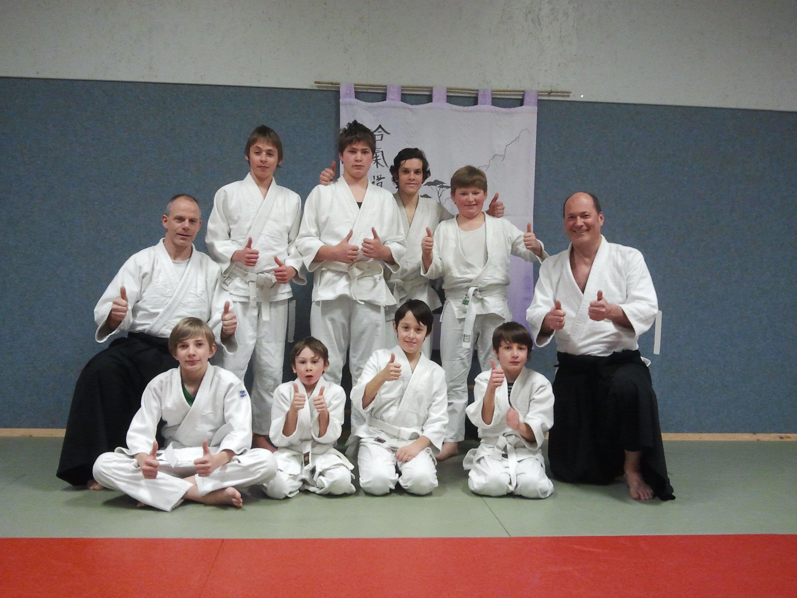 Mitglieder des Jugendtrainings mit Trainer