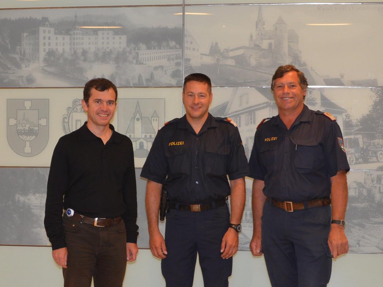 Bürgermeister Martin Summer mit Polizist Jürgen Schnetzer und Leiter der Ortspolizei Lothar Lins