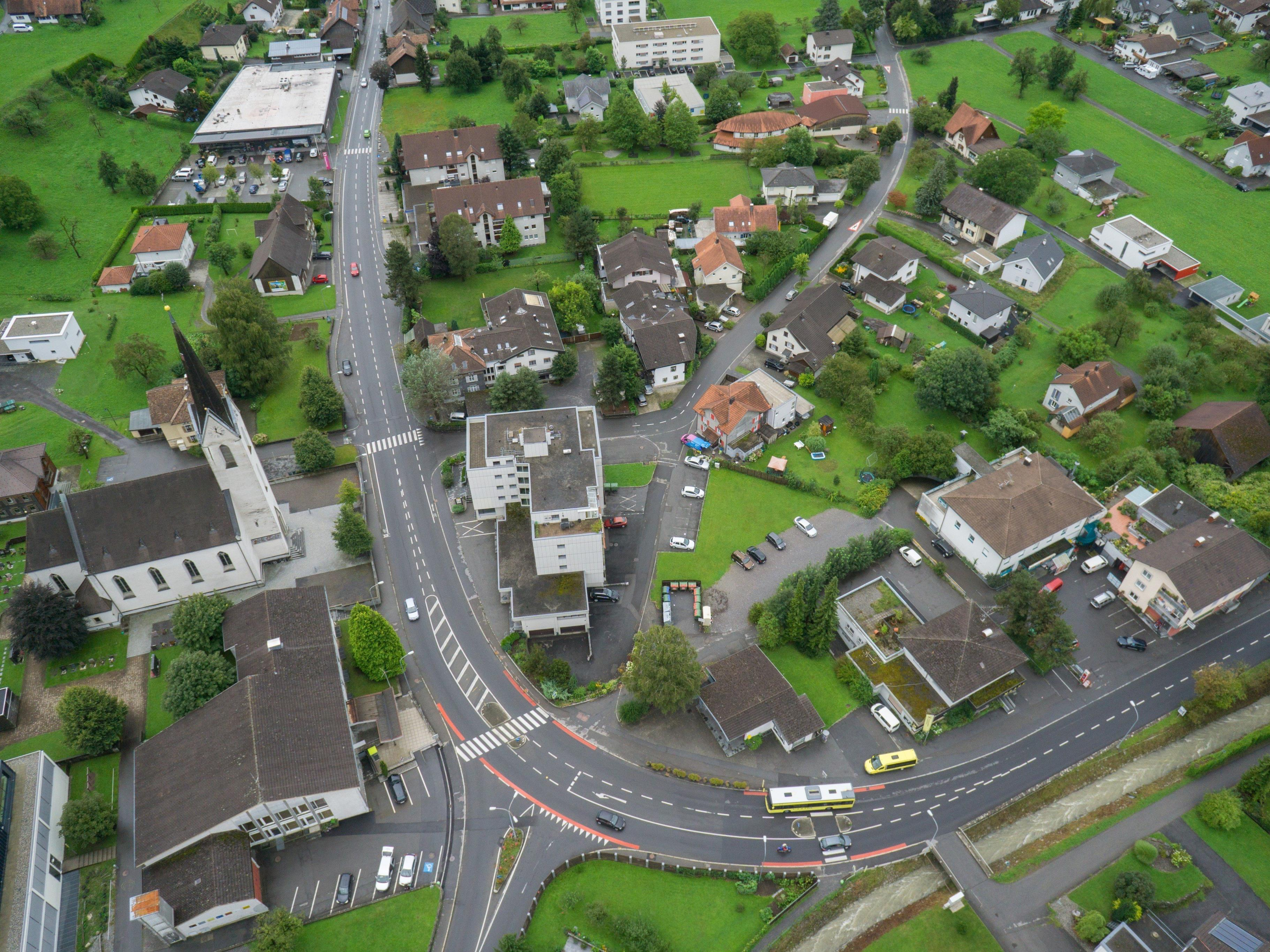 Standort Dorfmitte: Gegenüber dem Gemeindeamt sollen drei dreistöckige Bauten errichtet werden.
