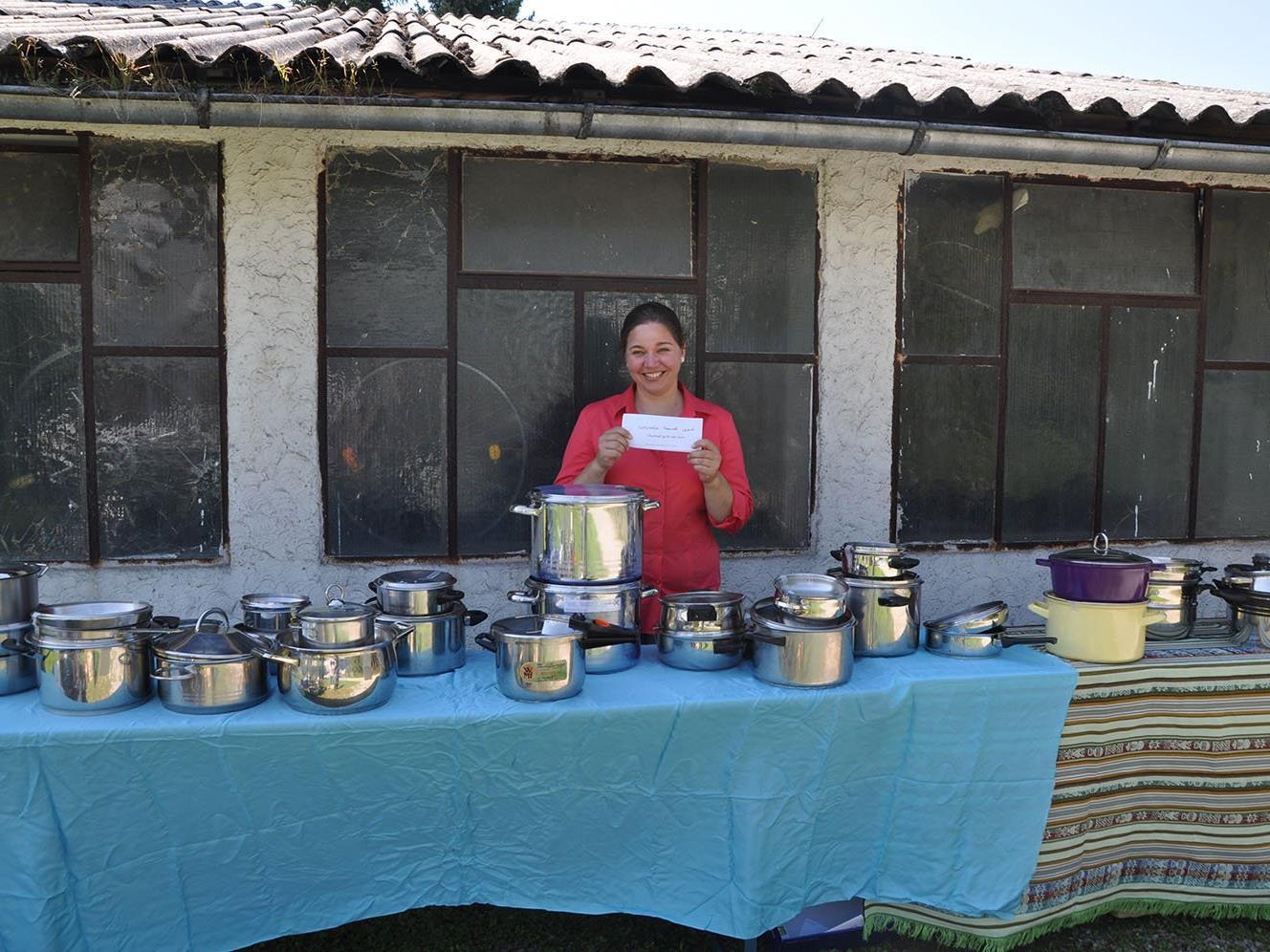Margot Pires mit den gespendeten Kochtöpfen
