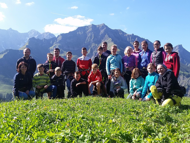 """Jugendgruppe mit Begleitern und dem Team """"Holzschopf"""""""