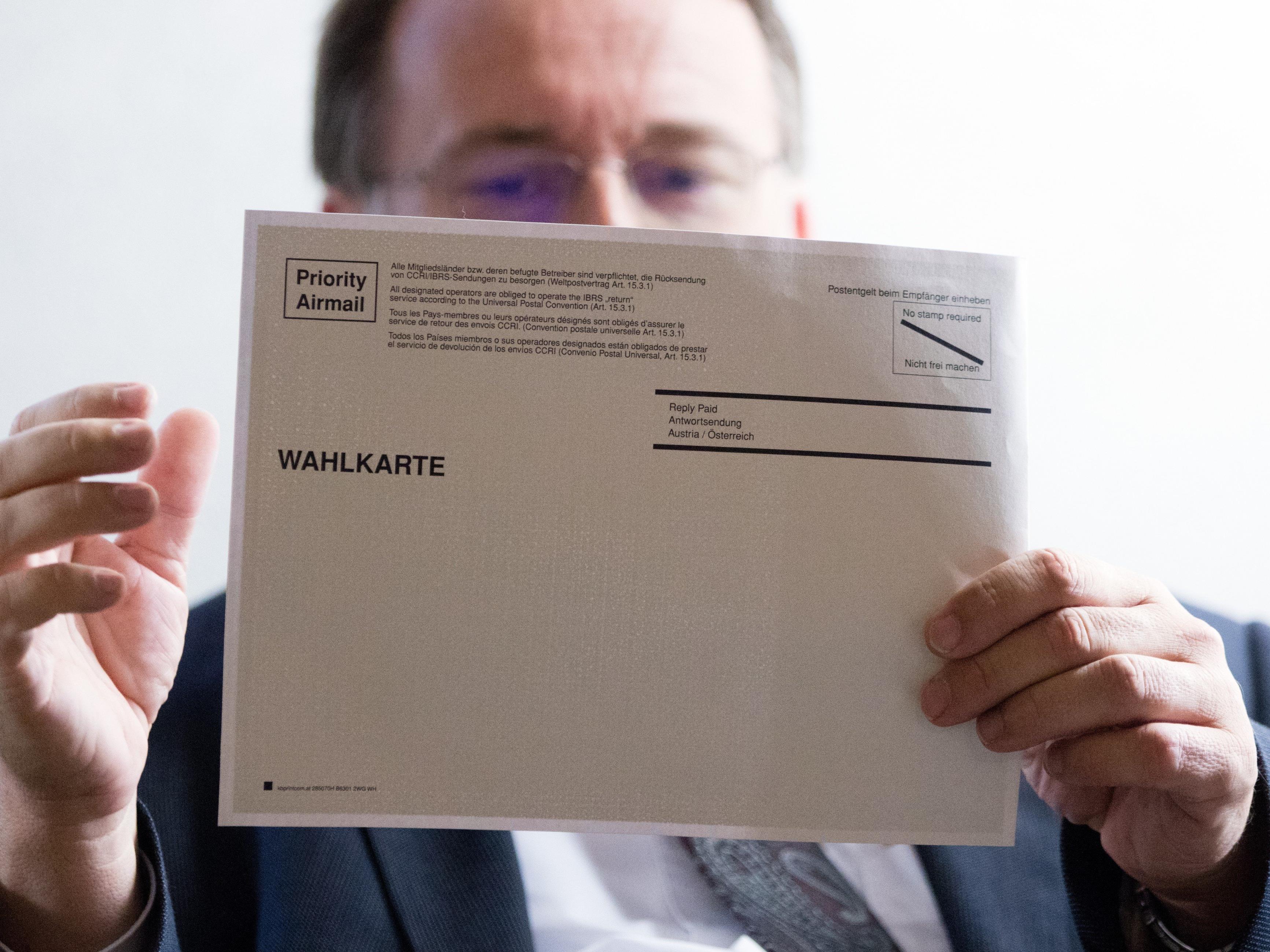 Leiter der Wahlabteilung, Robert Stein, am Montag, 05. September 2016, im Rahmen eines Hintergrundgesprächs zu schadhaften Wahlkarten.