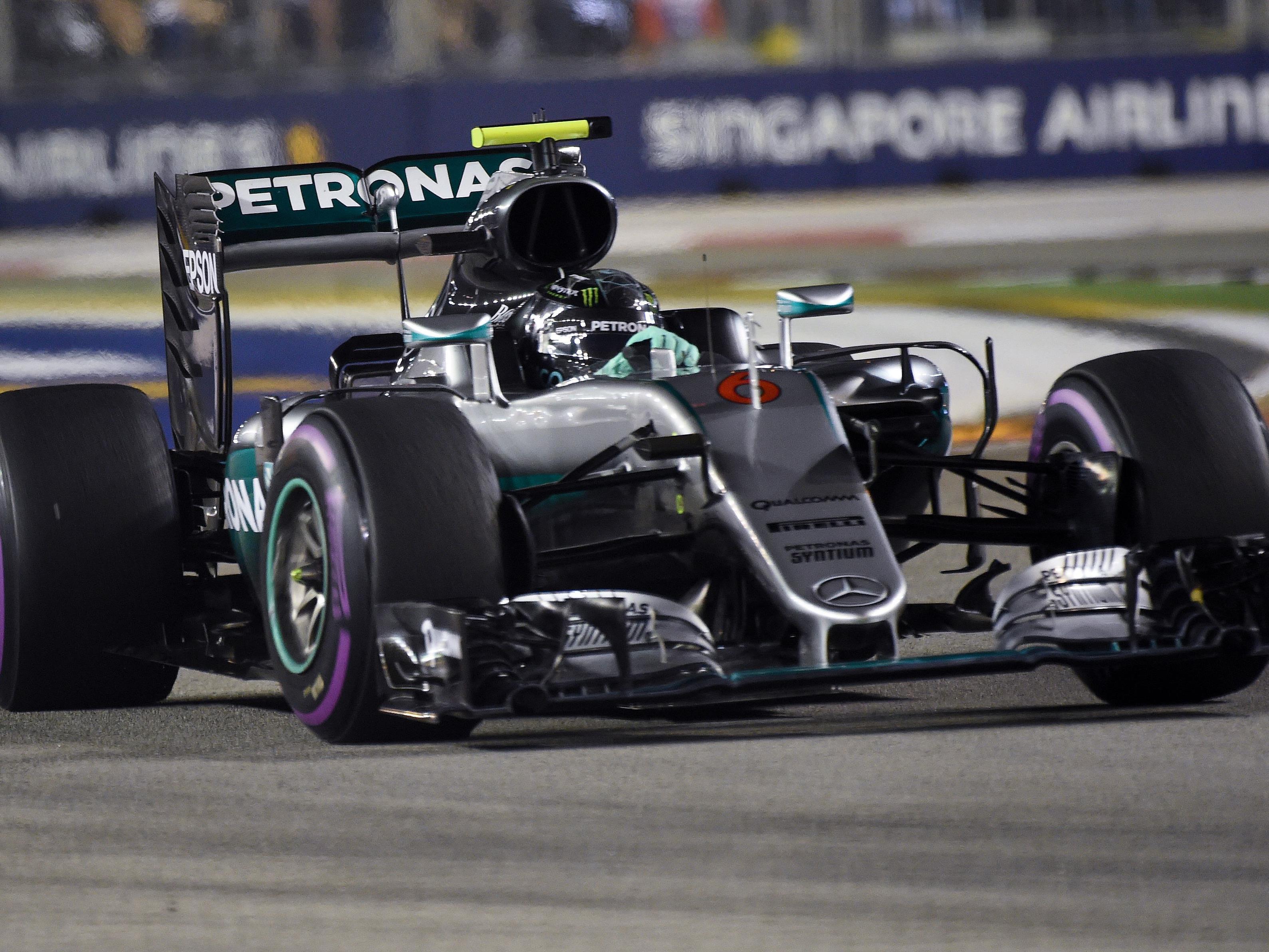 In der Schlussphase kam Rosberg heftig unter Druck von Ricciardo, der pro Runde knapp zwei Sekunden aufholte.