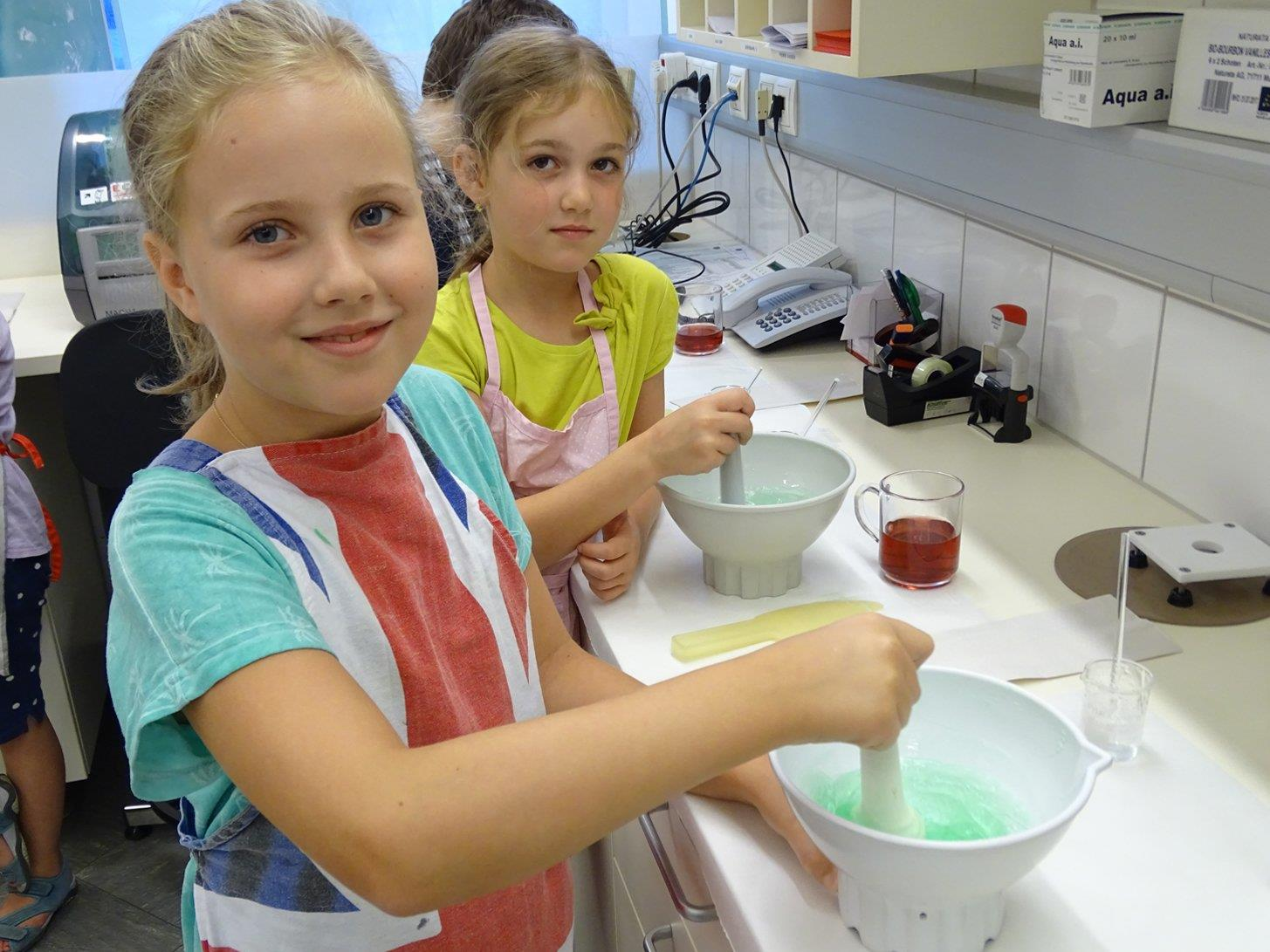 In der Apotheke Kaulfus wurden Cremen gerührt, Badeperlen und Massageöl hergestellt.