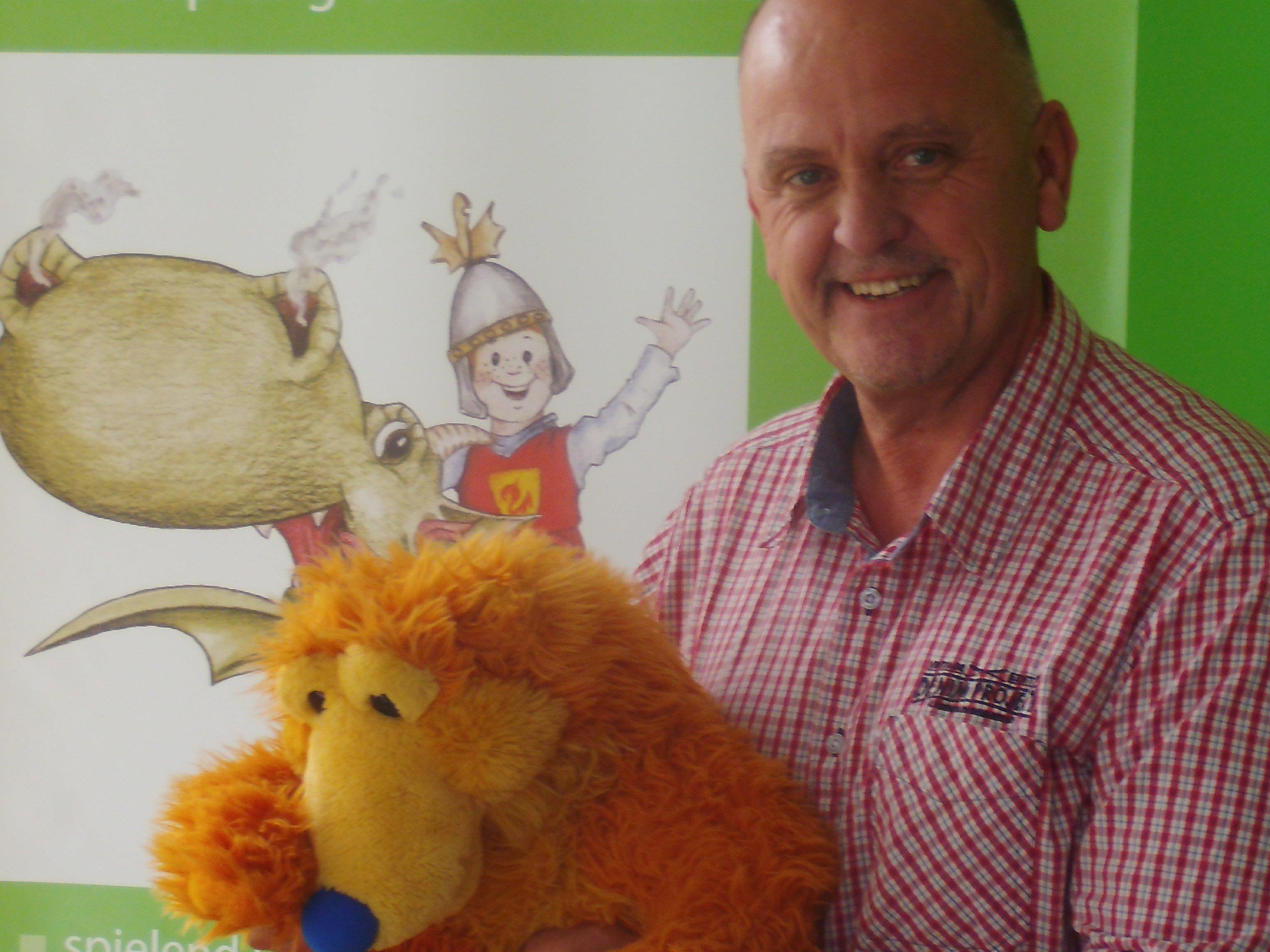 Bild: Alan Grice, Schulleiter und Dozent, mit Henry der Bear